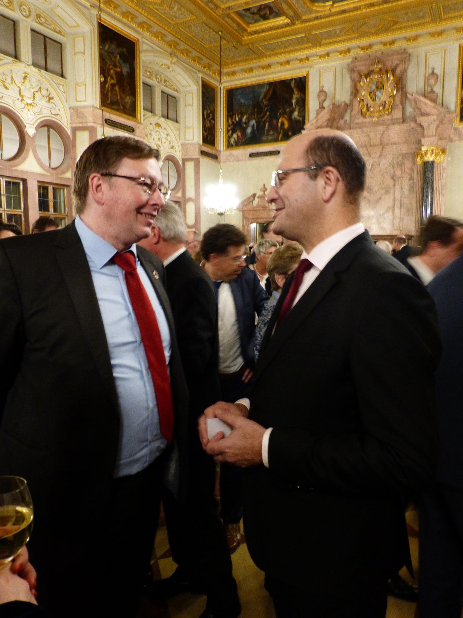 Minister Albert Füracker im Gespräch mit einem Unternehmer.