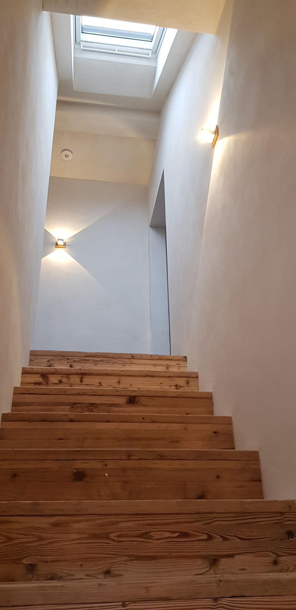 Aufgang zu den 2 Zimmern Rose & Vert