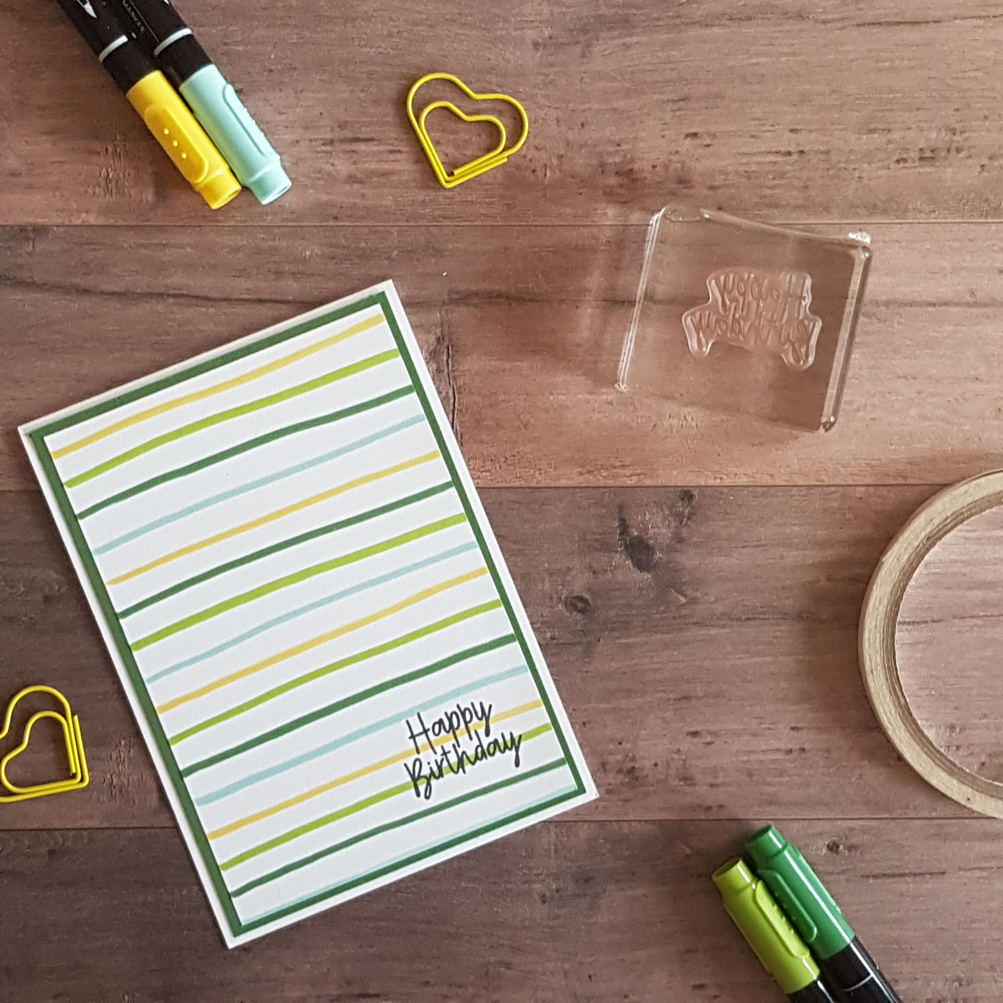 Ganz ganz einfach: mit der Pinselseite des Stiftes einfach Linien abwechselnd auf dem Papier ziehen, ein kleiner Gruß drauf - und das war's!