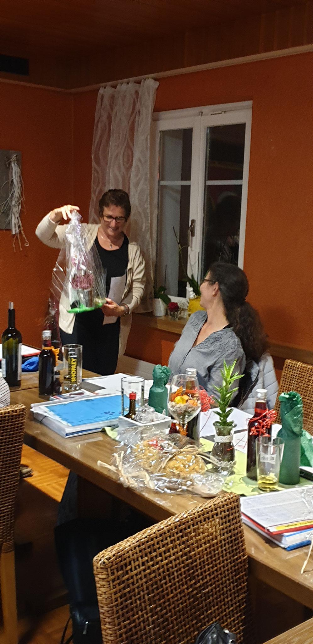 die Präsidentin übergibt der abtretenden Kassiererin ein Geschenk