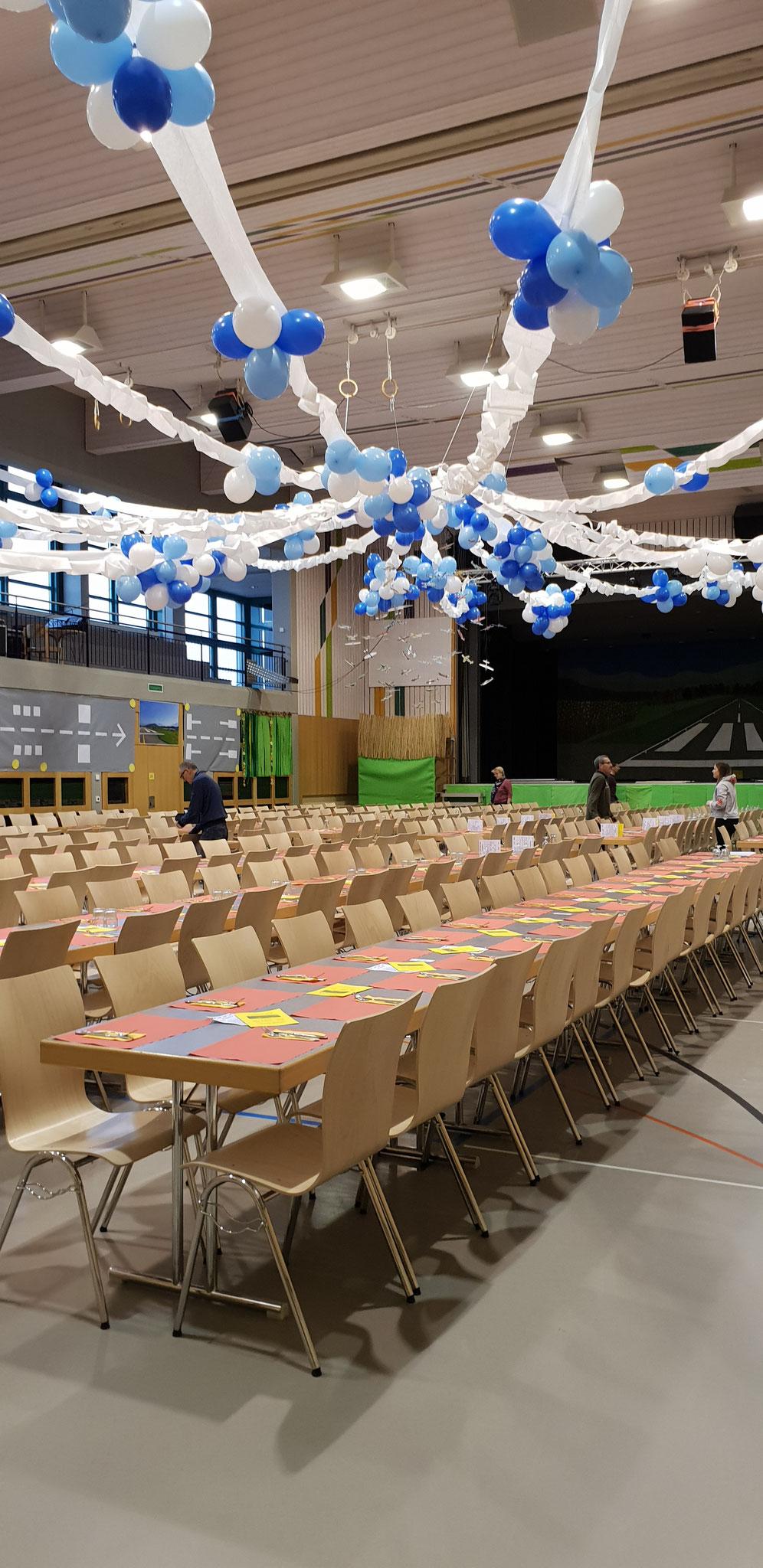 Die Halle ist dekoriert