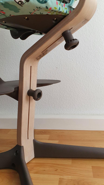 Über zwei per Hand lösbare Stellschrauben lassen sich Sitzfläche und Fußbrett stufenlos verstellen.