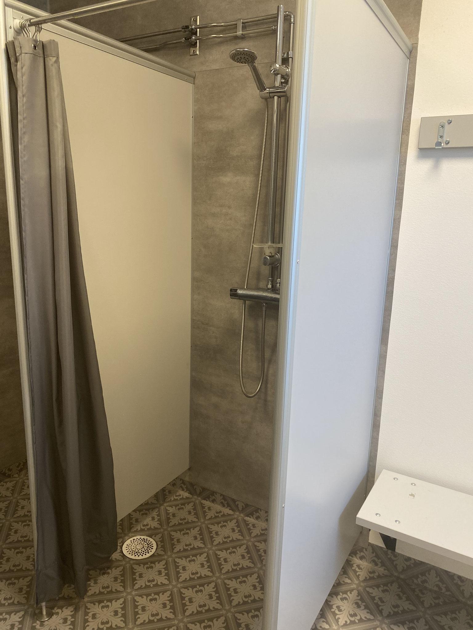 Väldigt praktiskt med vattentäta paneler på väggarna. Lättstädat och slippa skura fogarna som lätt blir ofräscha med tiden (Manges Padel, Garphyttan)