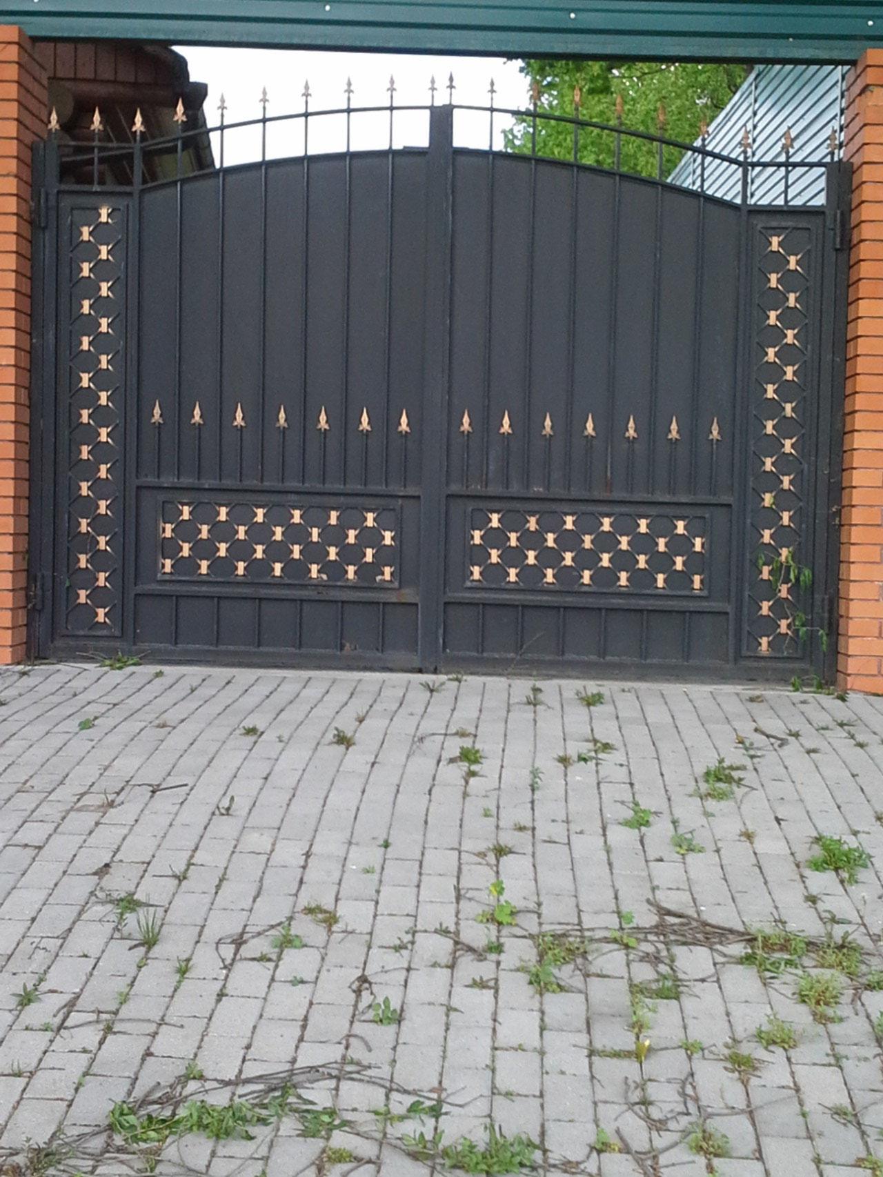 въездные кованные ворота.