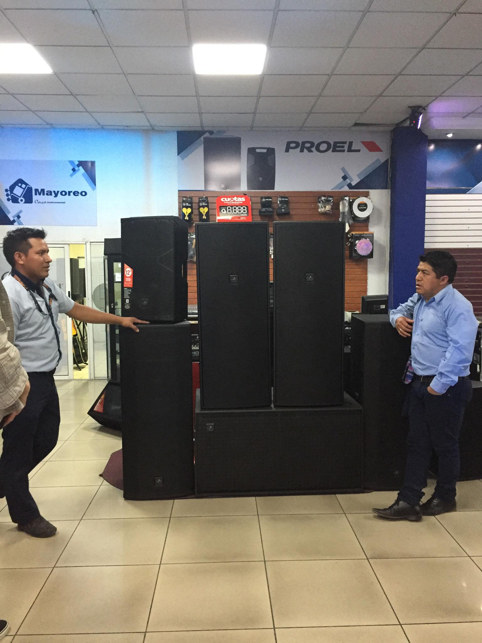 Unser Projektleiter Juan beim Einkauf eines Audiosystems, das in einem Veranstaltungsraum von 22 Schulen der Region benutzt wird.