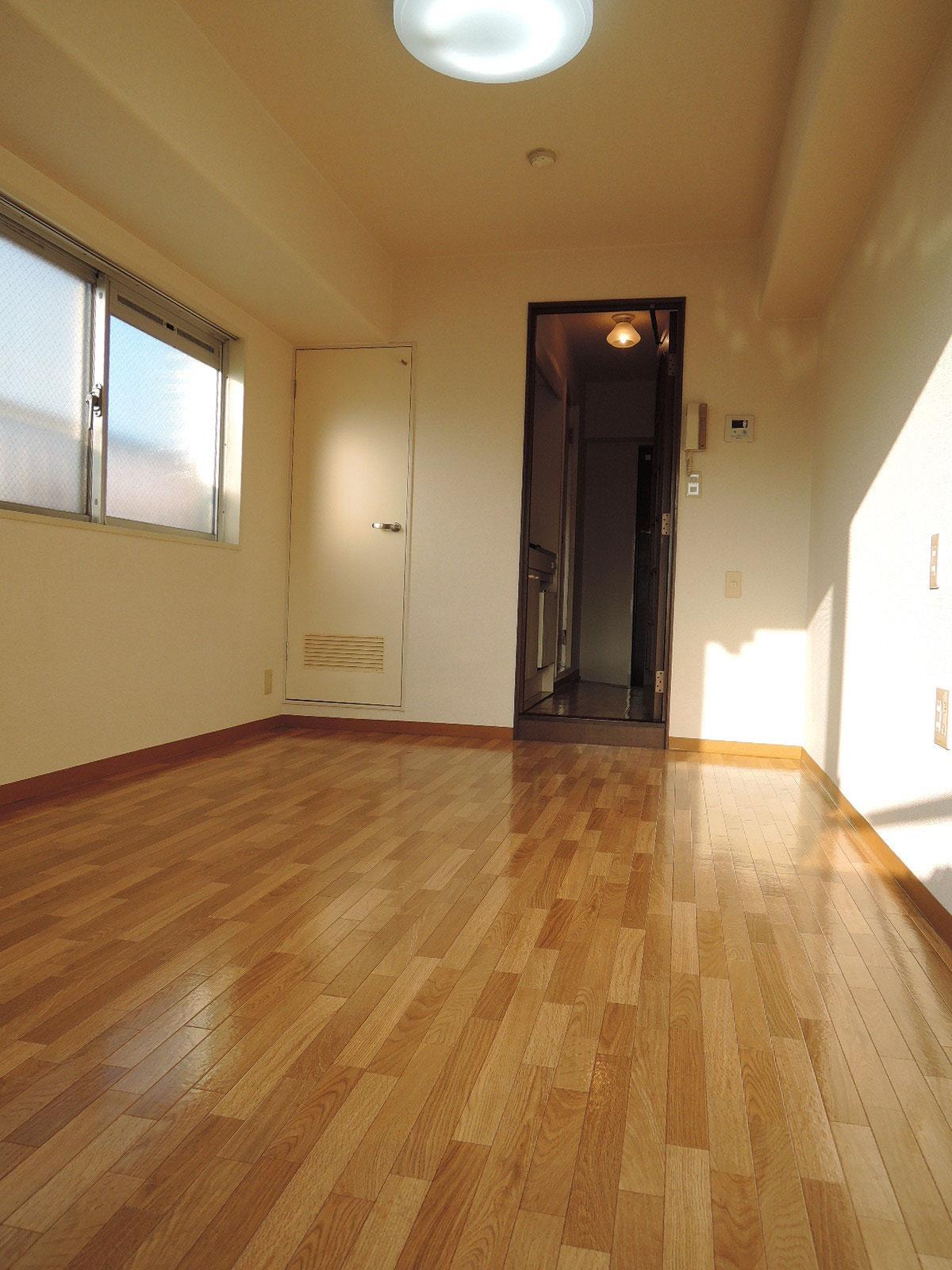 バルコニー側からの室内