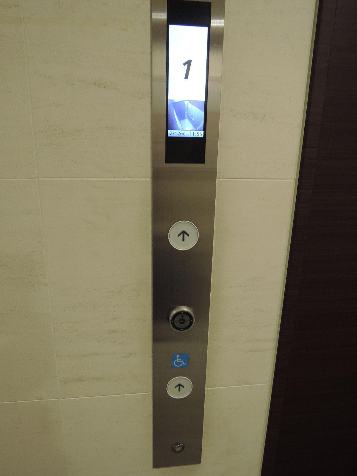 1階からはお部屋の鍵がないと利用出来ません。モニターで内部が確認できます。