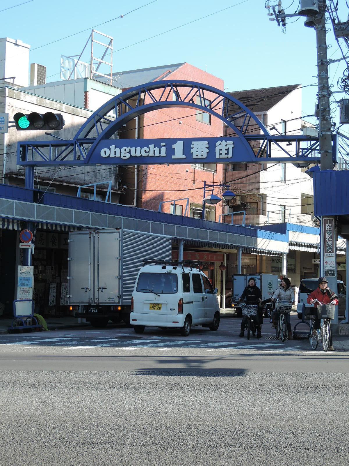 昔ながらの商店街が続きます