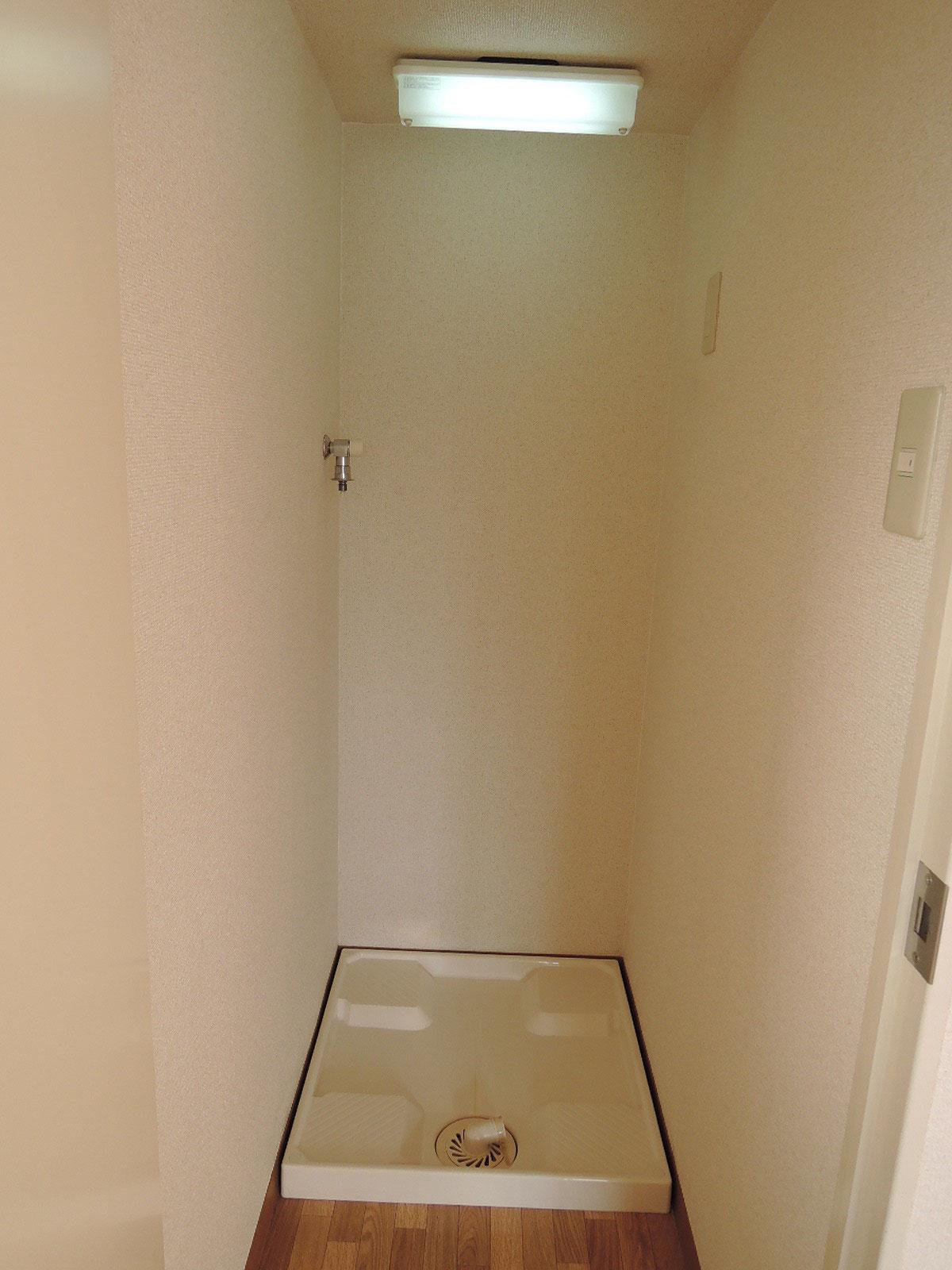 室内の扉を開けると洗濯機置場