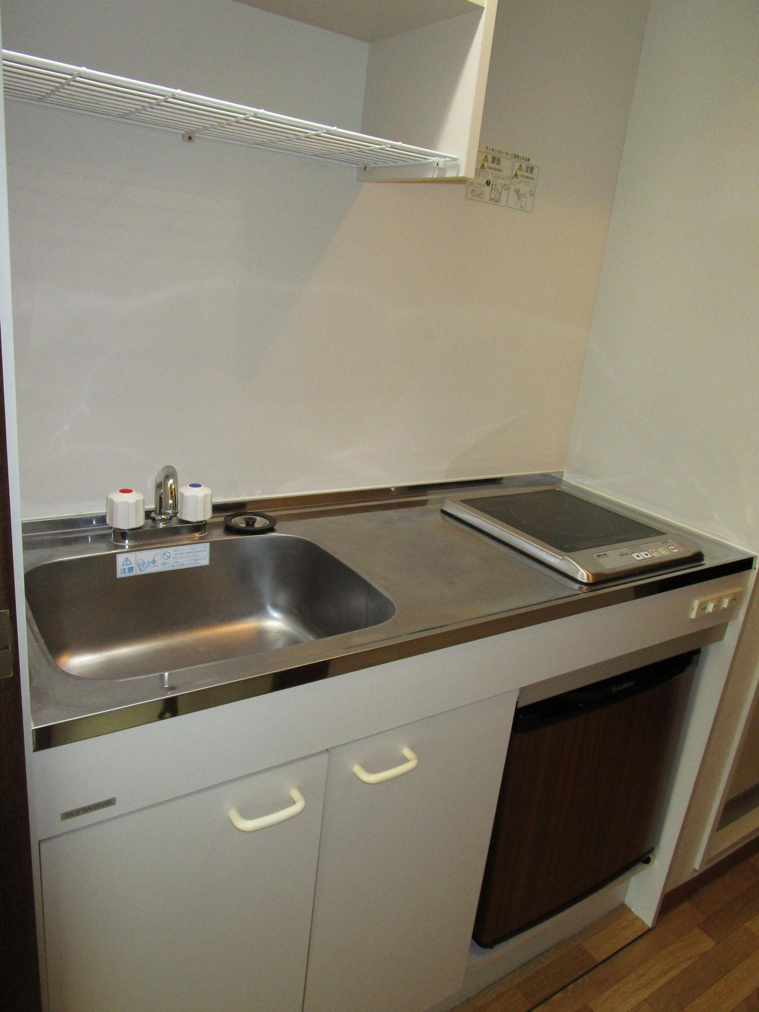 そのお隣はキッチン。IHクッキングヒーター、ミニ冷蔵庫付き