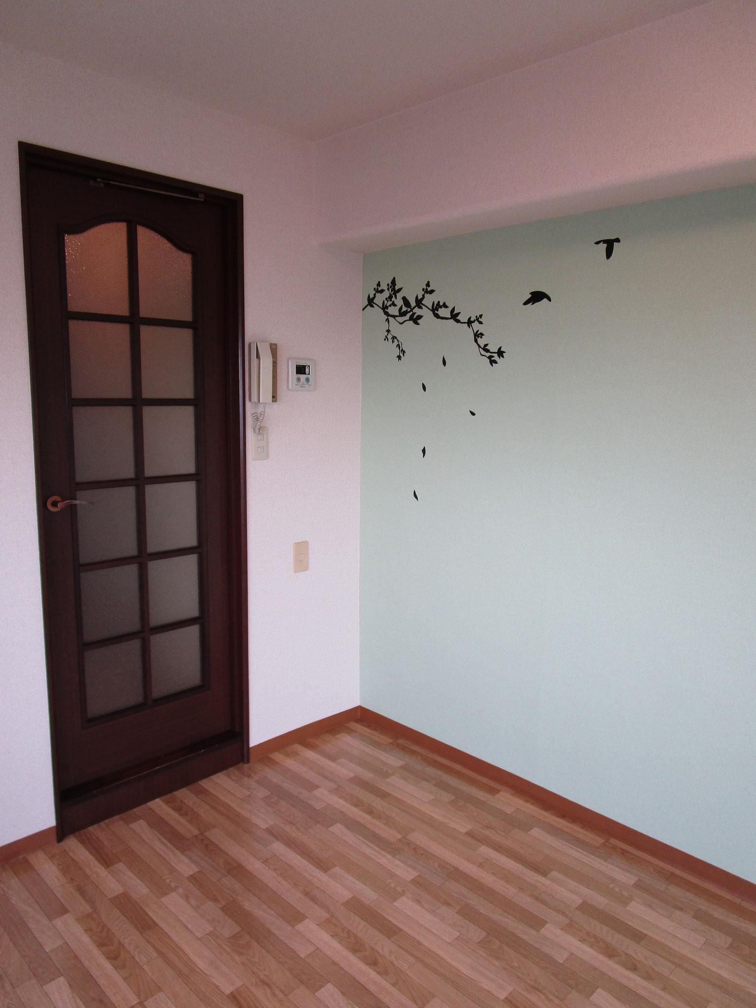 居室との間に扉があります。グリーンのアクセントクロス