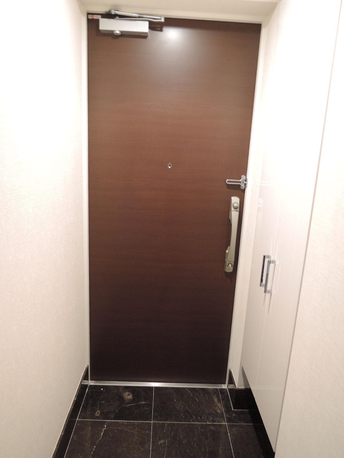 玄関ドアはダブルロック。耐震ドア枠を採用しています