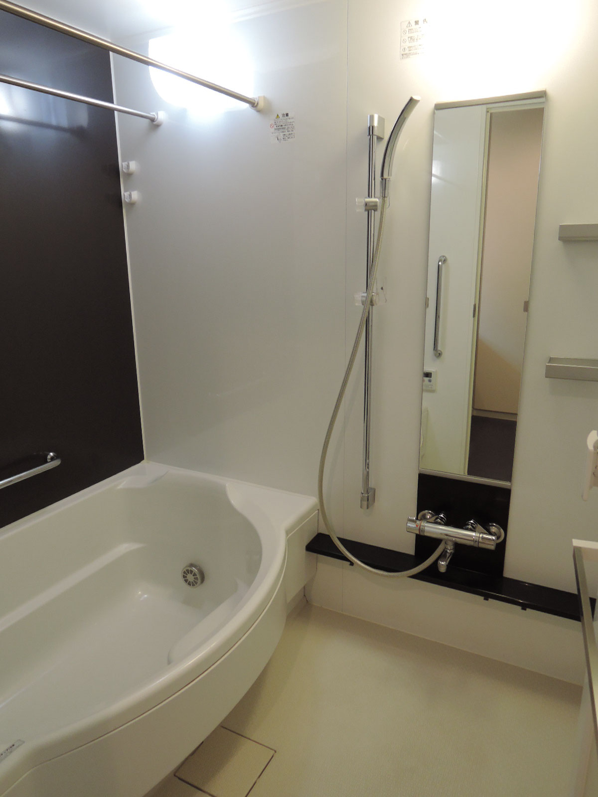 半円形の魔法瓶浴槽。滑り難く、乾き易い床です