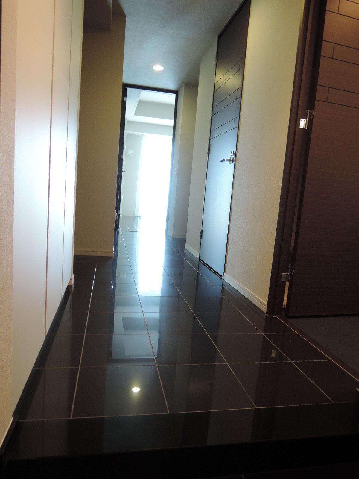 玄関より室内方向。広い廊下。左側に大型収納。