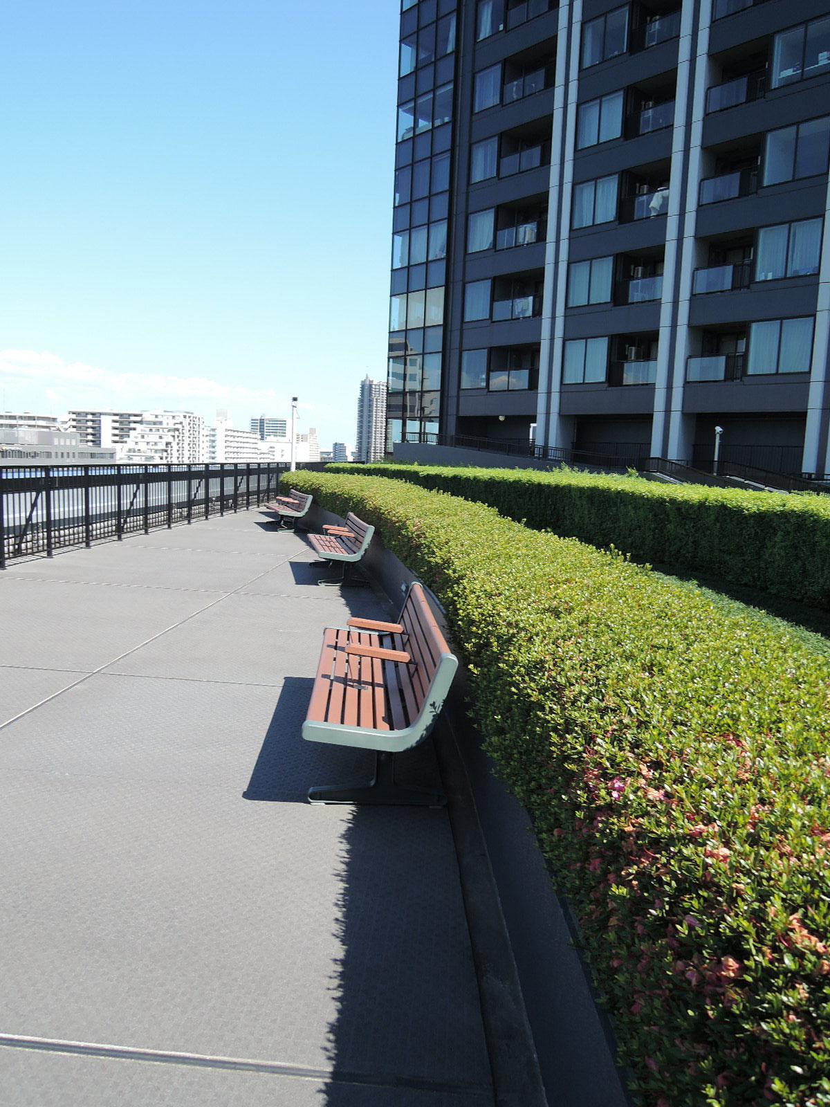 運河に向かって配置されたベンチ
