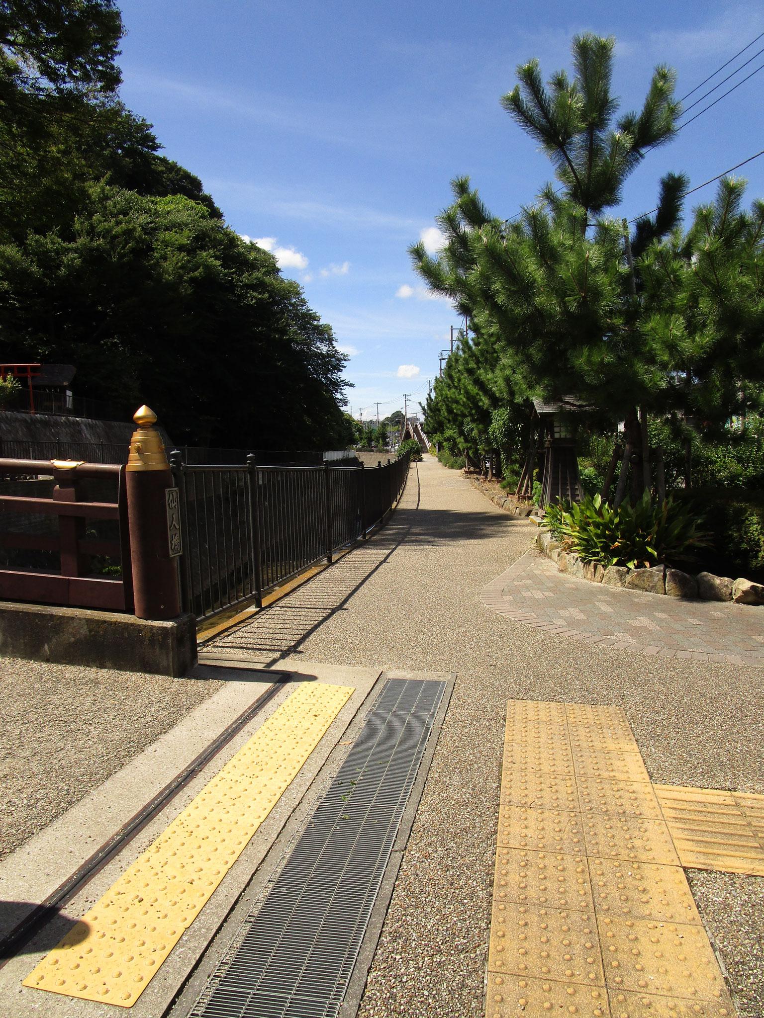 道路沿いは、整備された遊歩道になっています