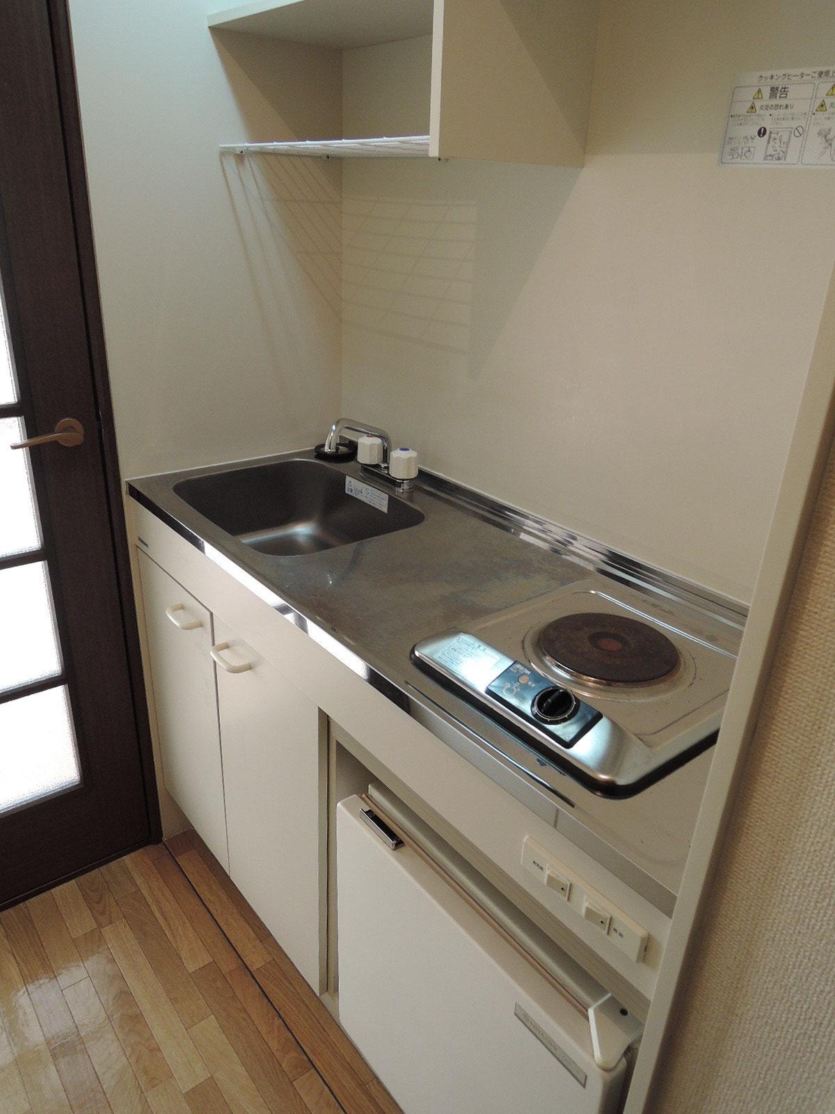 その隣にはミニ冷蔵庫付きのキッチン