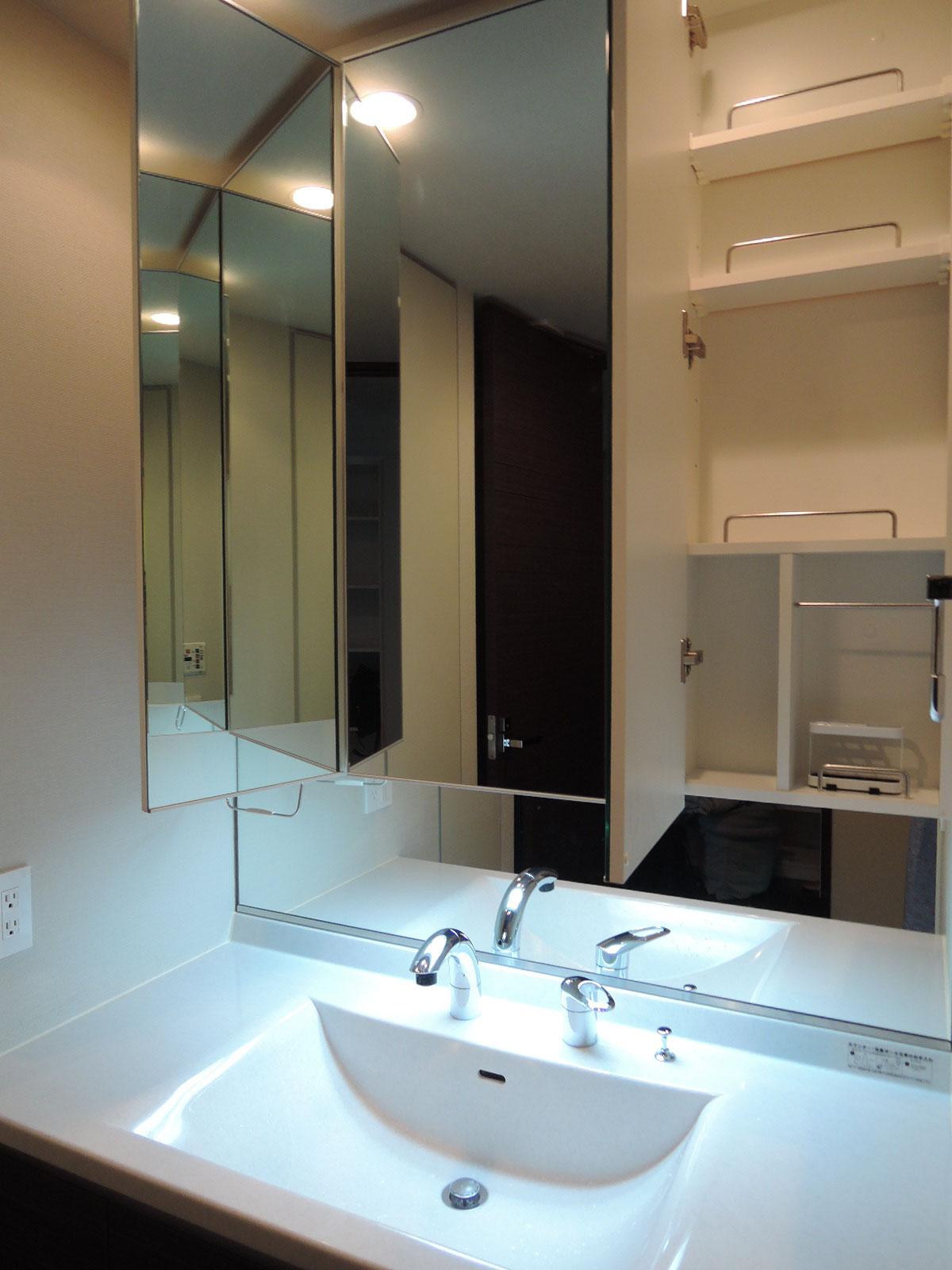 すっきりとした洗面台。三面鏡の中は、収納スペース。シャワー水栓です