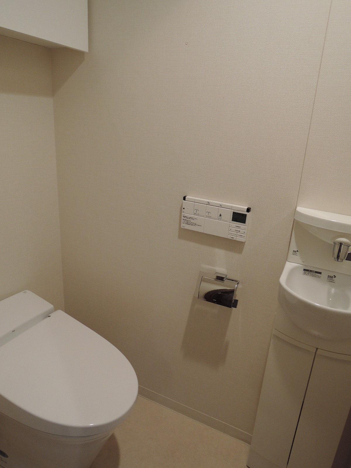 タンクレストイレ。温水洗浄機能付暖房便座。掃除道具もスッキリ収納