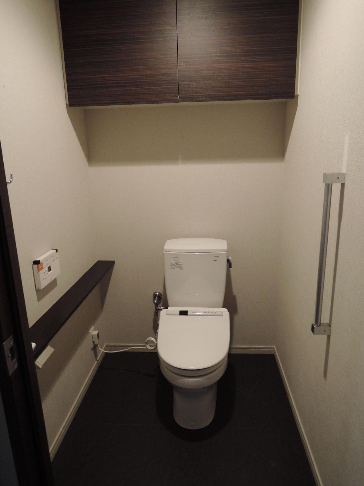 車椅子にも対応。ウォシュレットイレ。吊戸棚、カウンター付き