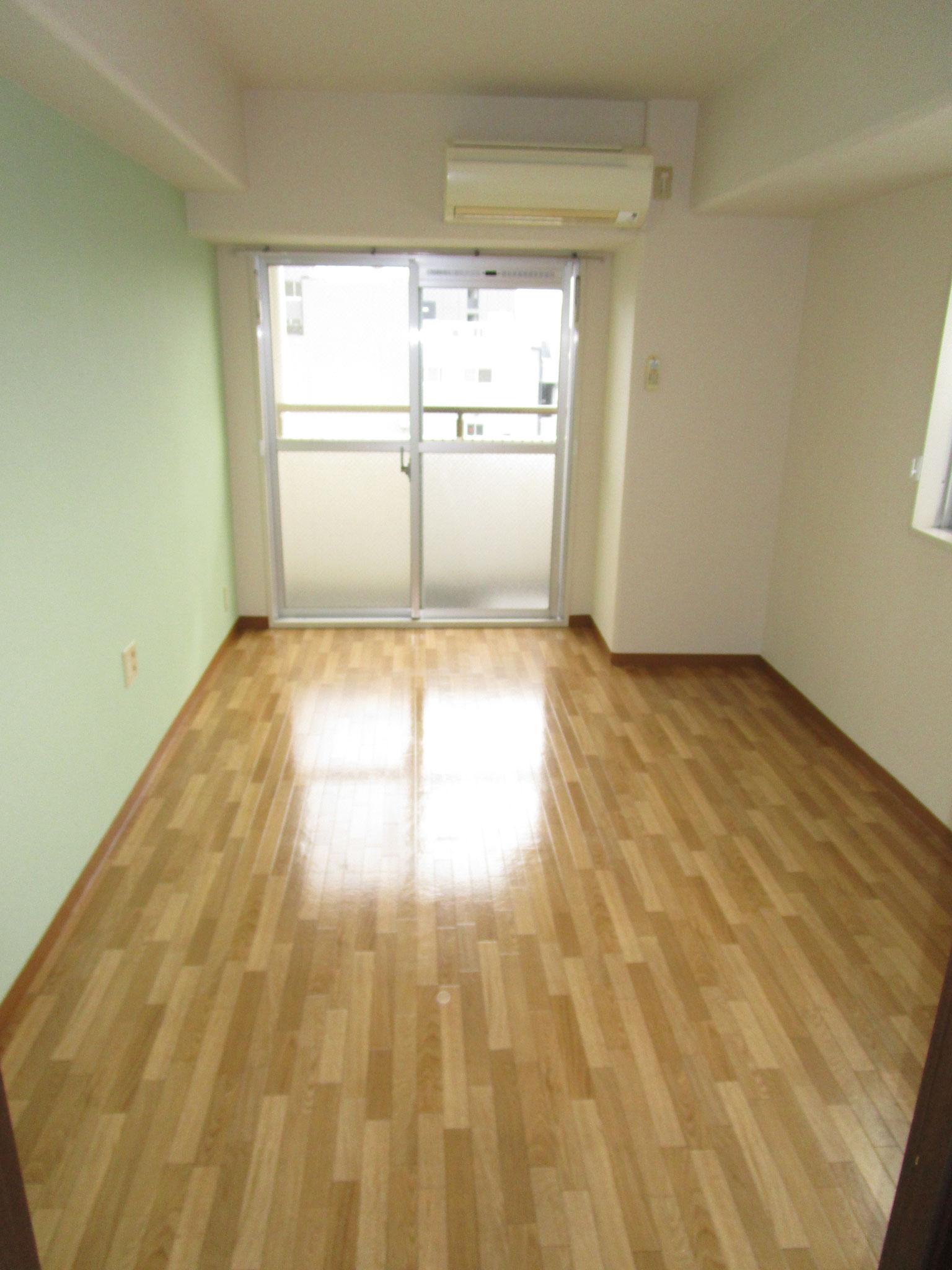 居室入り口からバルコニー方向