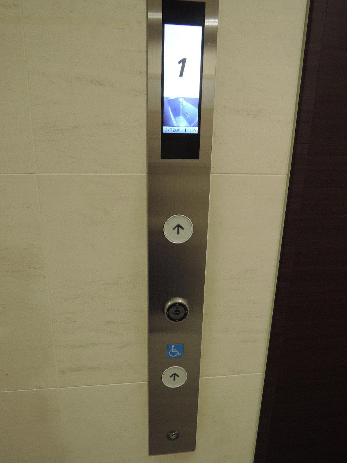 エントランスを入ると内部モニター付のエレベーター。お部屋の鍵が無いと呼べません