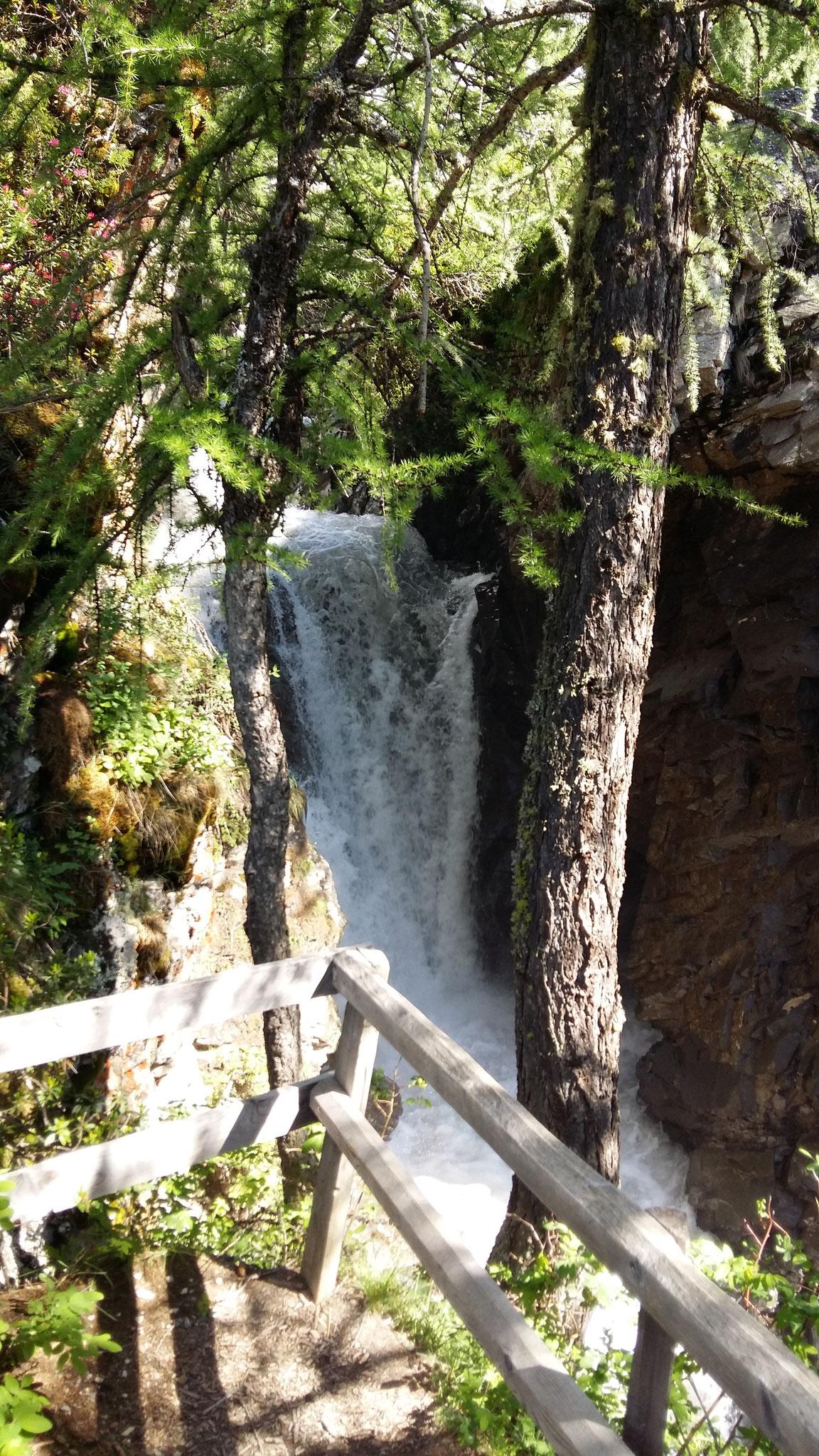 mit eindrücklichem Wasserfall