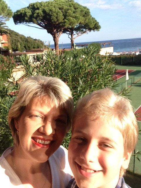Judith Gruber Koch mit ihrem Sohn Sebastian, der gerade einen seiner letzten Milchzähne verloren hat