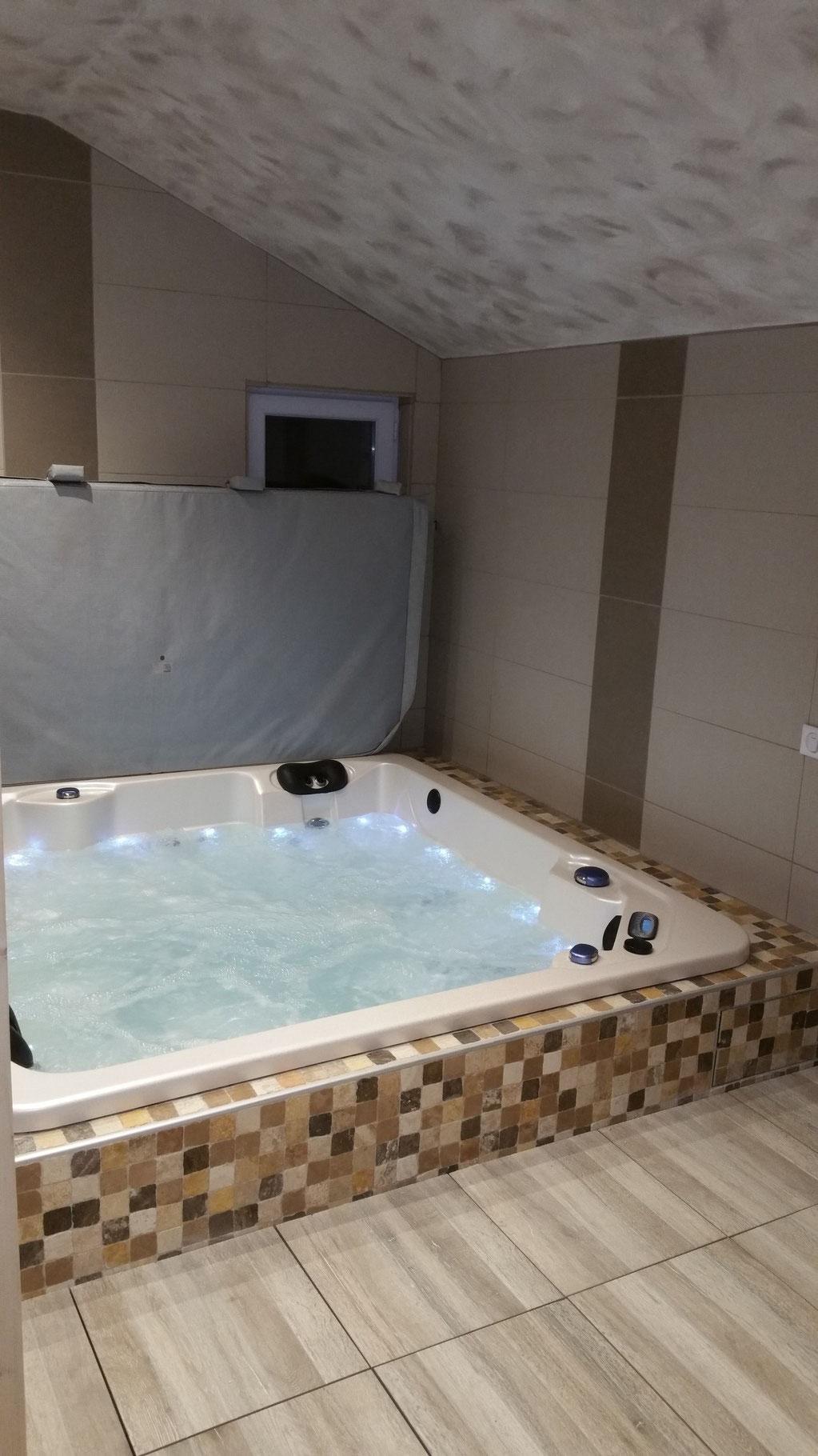 Spa infini-spa 5 places semi-enterré avec filtration déportée et traitement UV