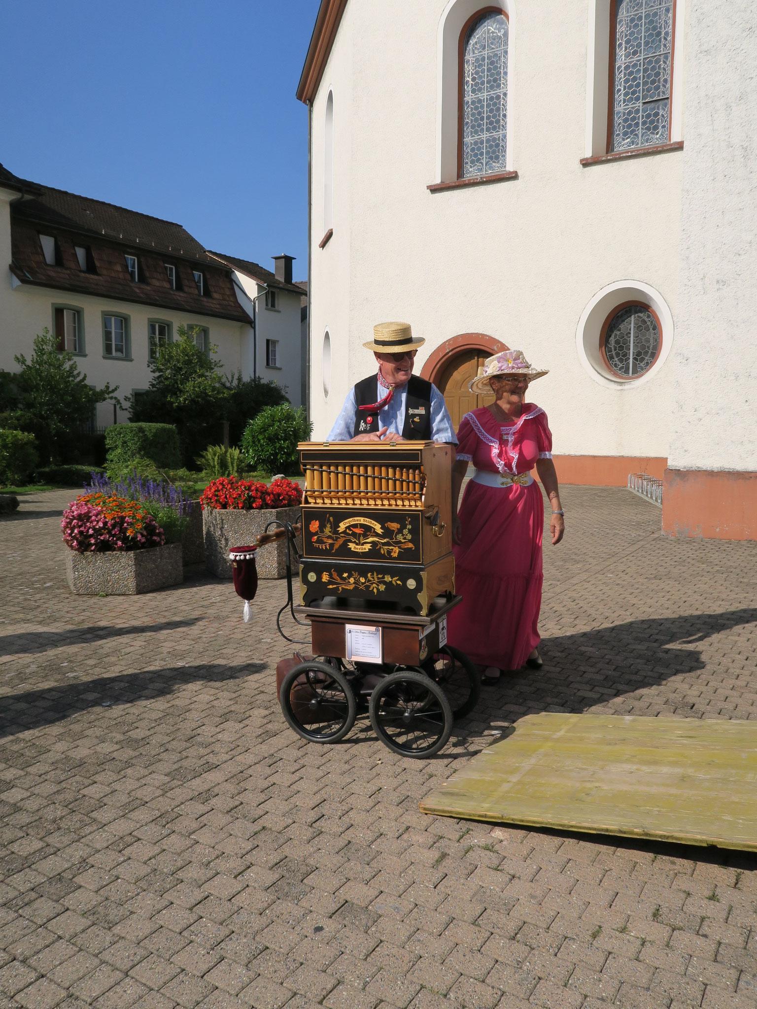 Bernhard Sieber empfangen die Besucher mit Ihren Drehorgelklängen