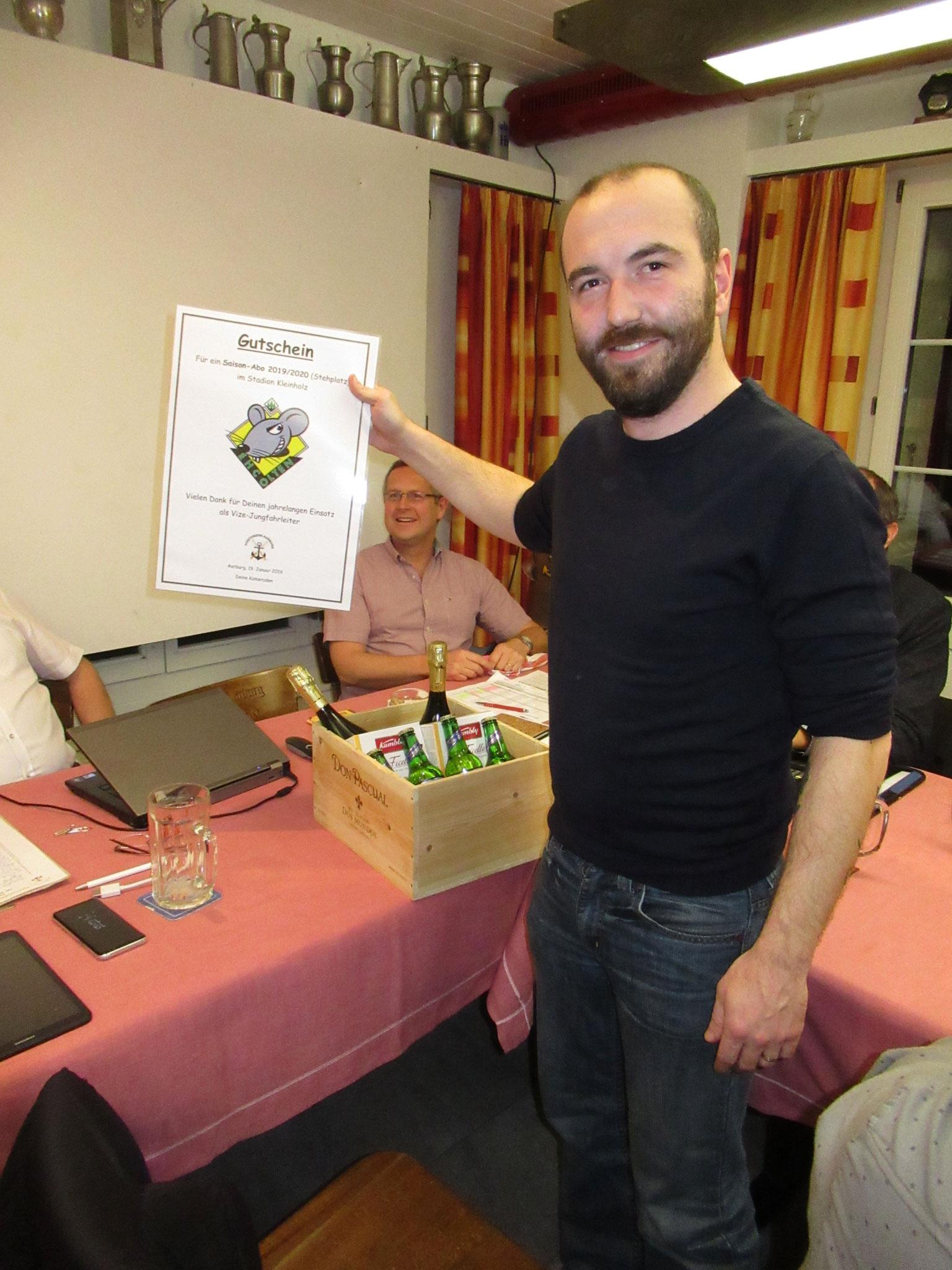 Für seine langjährige Arbeit als Jungfahrleiter Stv. erhält Michel Roos eine Saisonkarte des EHC Olten