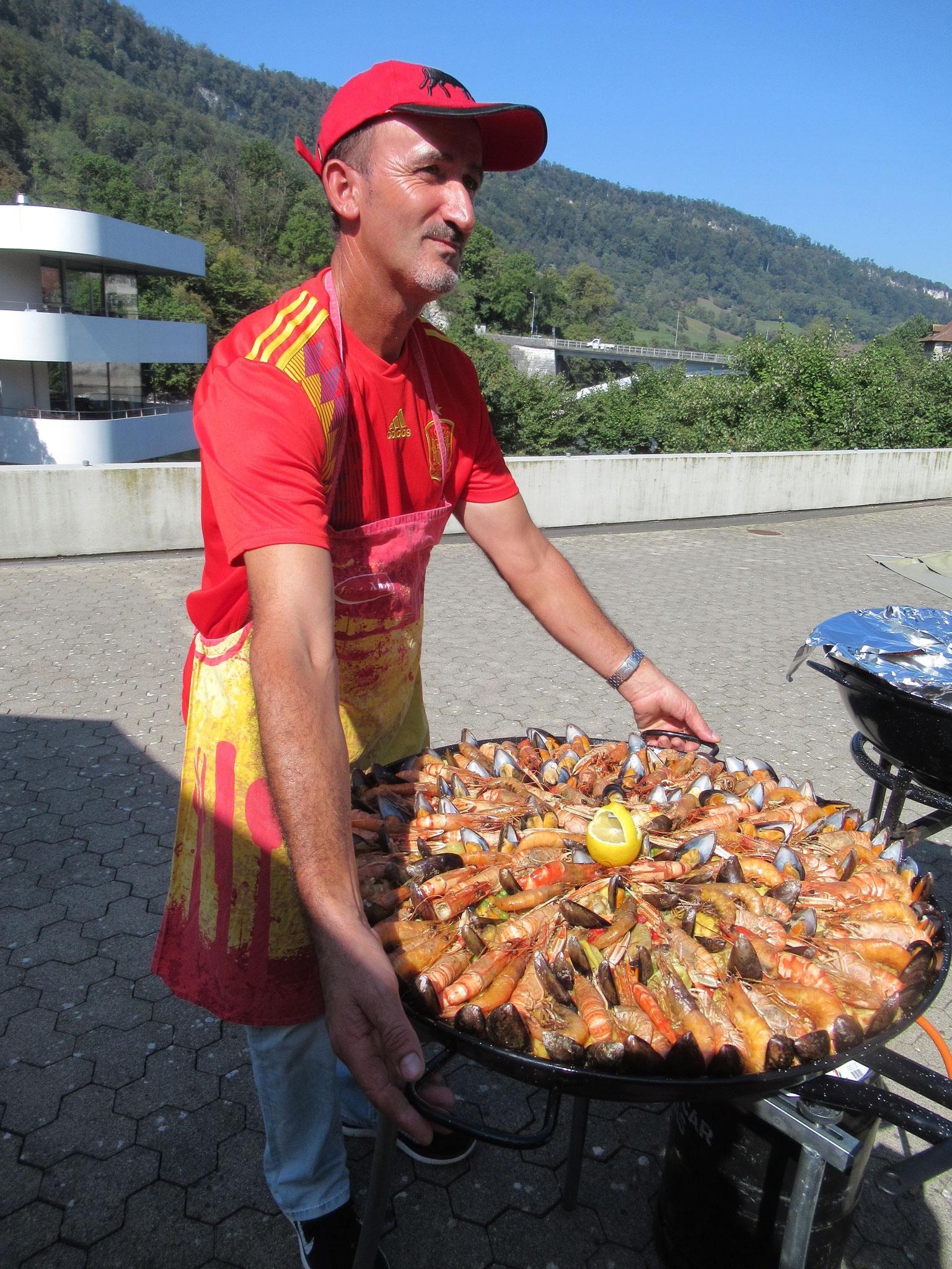 Auch der Chefkoch freut sich über sein Werk.
