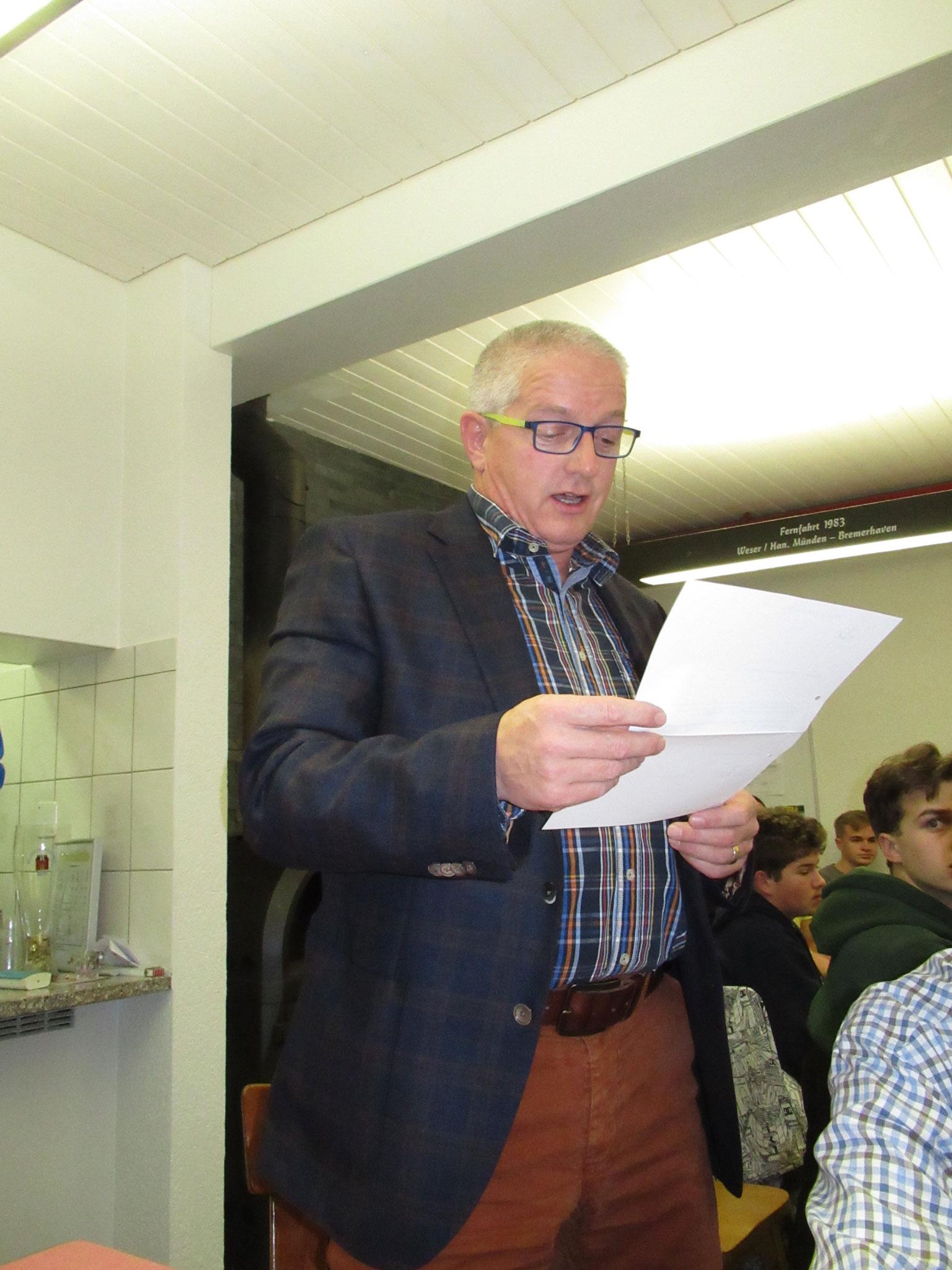 Dieter Schaub verliest den Revisorenbericht