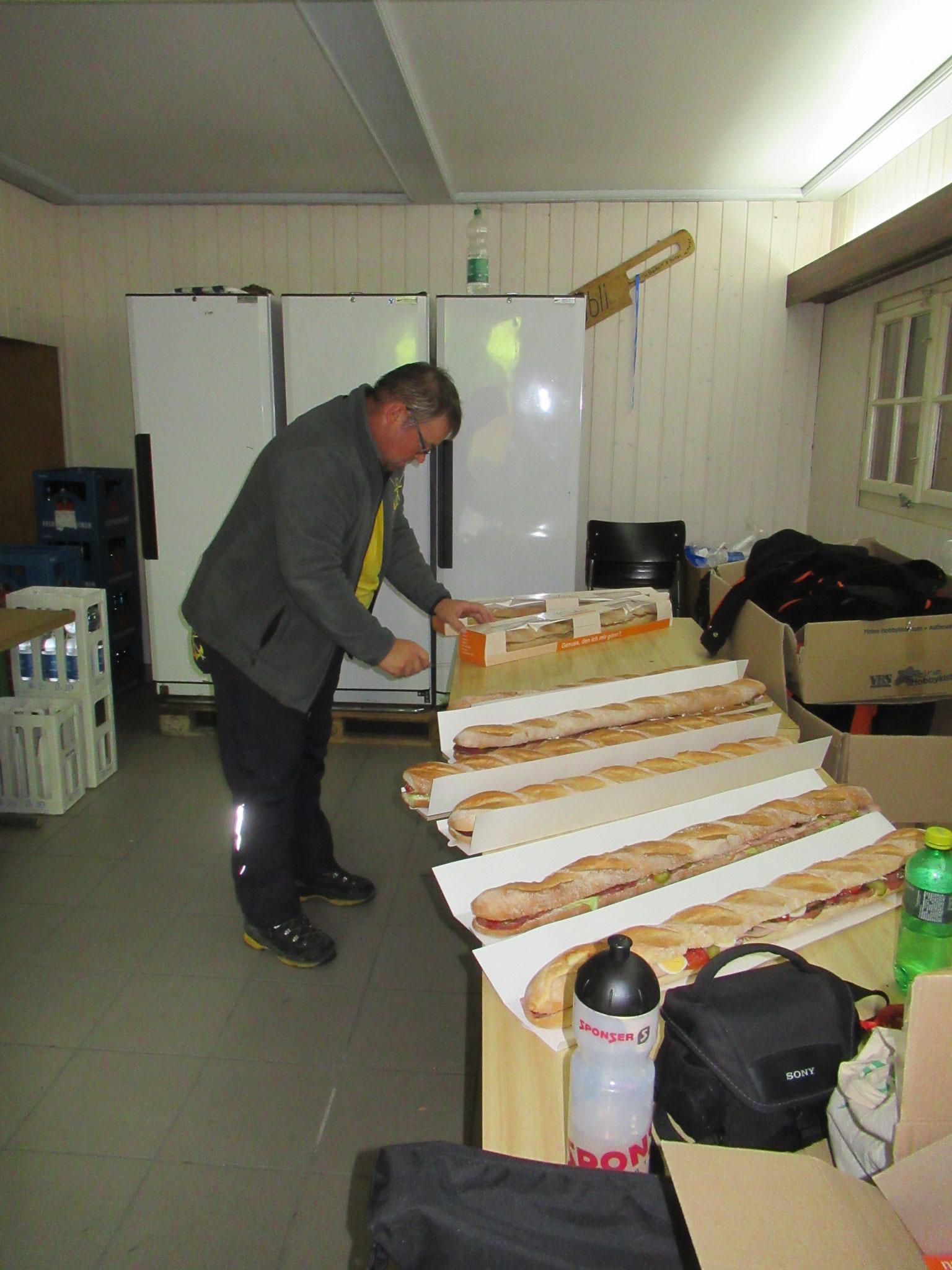 Fahrchef Martin beim vorbereiten der Sandwichs für das Mittagessen.