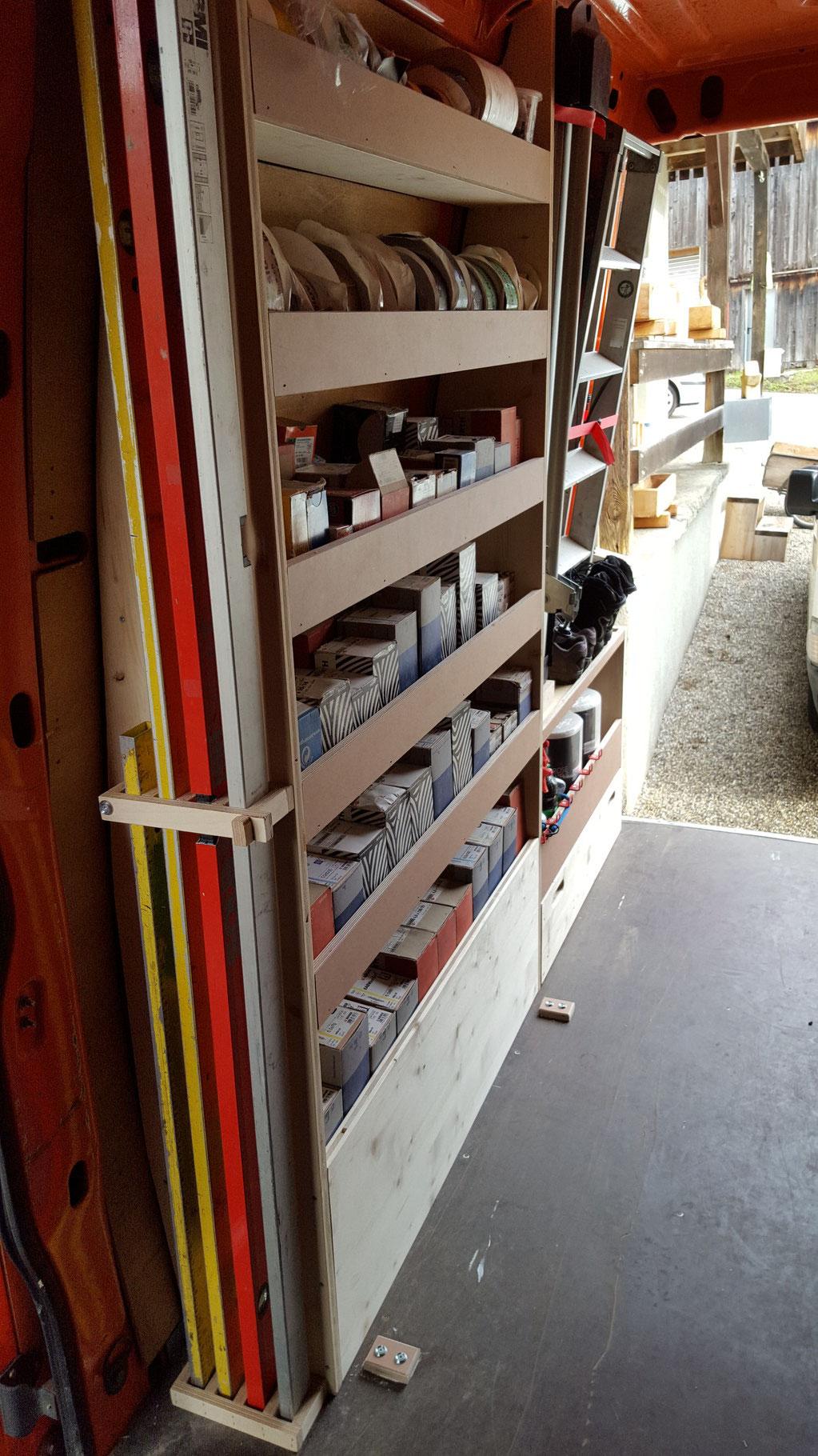 Das Schraubengestell mit Wasserwaagenhalterung