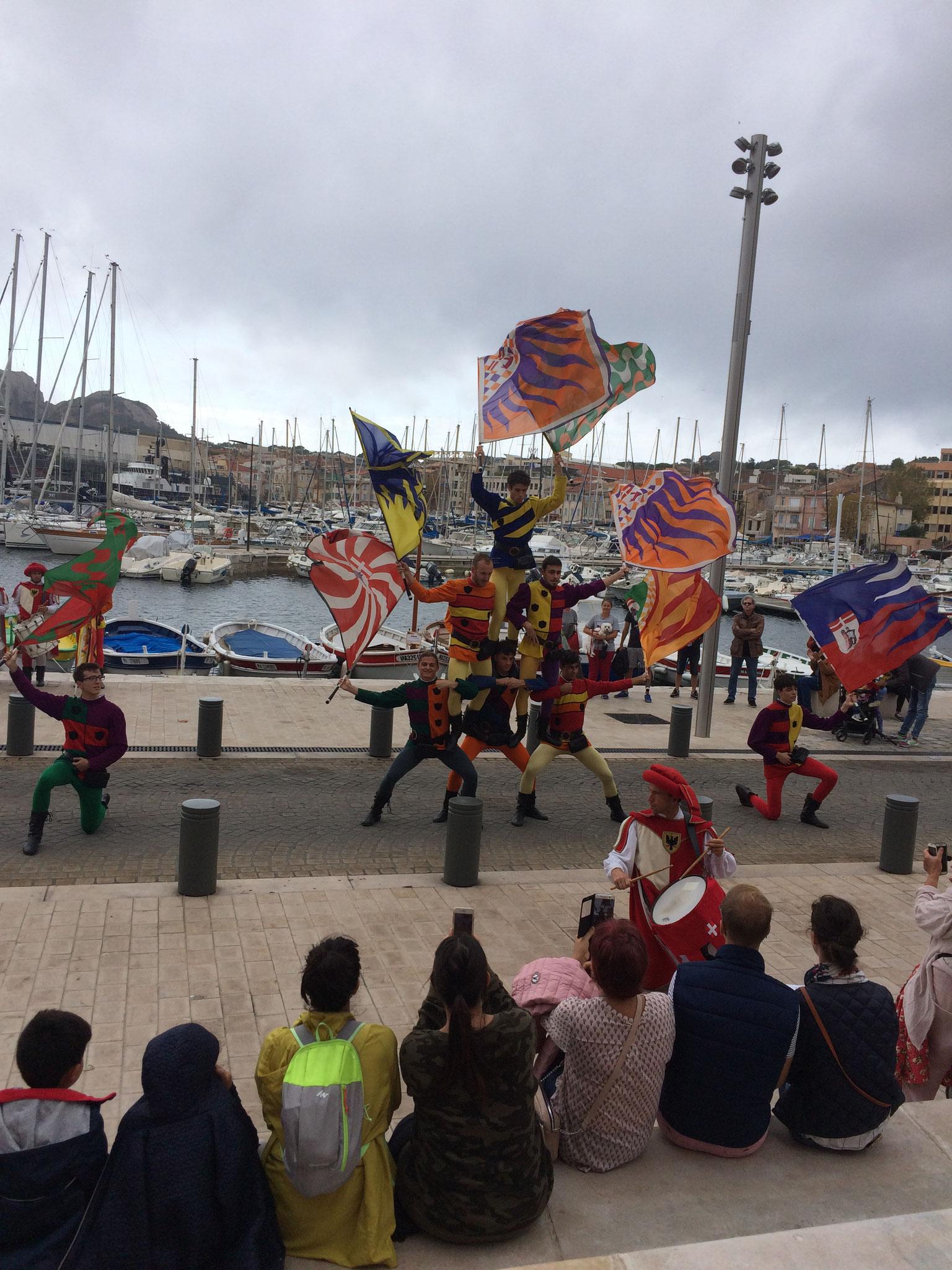 Les lanceurs de drapeaux animent un peu le vieux port.