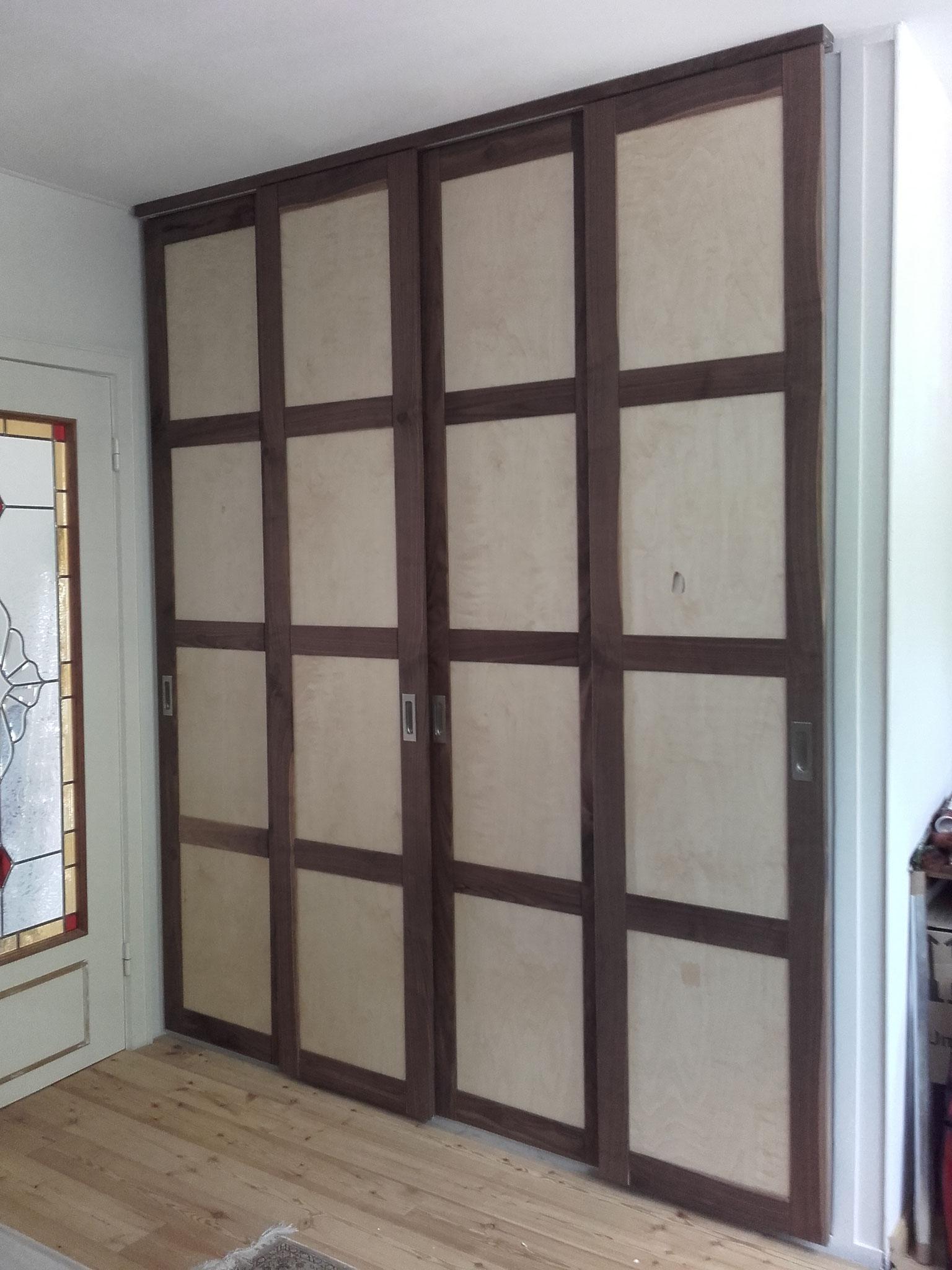 Schiebetüren vor vorhandenen Schrank, Nussbaum Rahmen-Birke Füllungen