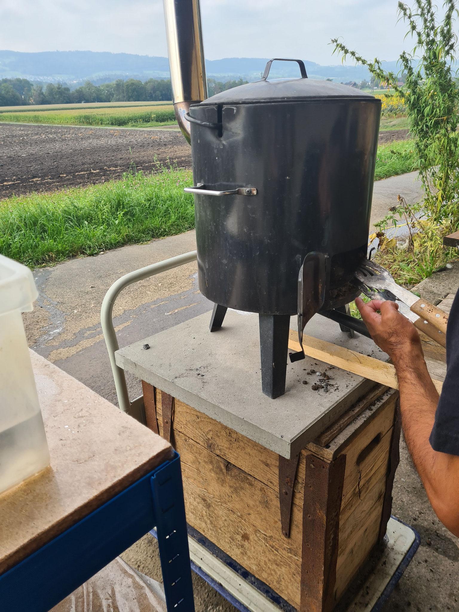 Im Holzofen wird das Wasser erwärmt auf 40 Grad
