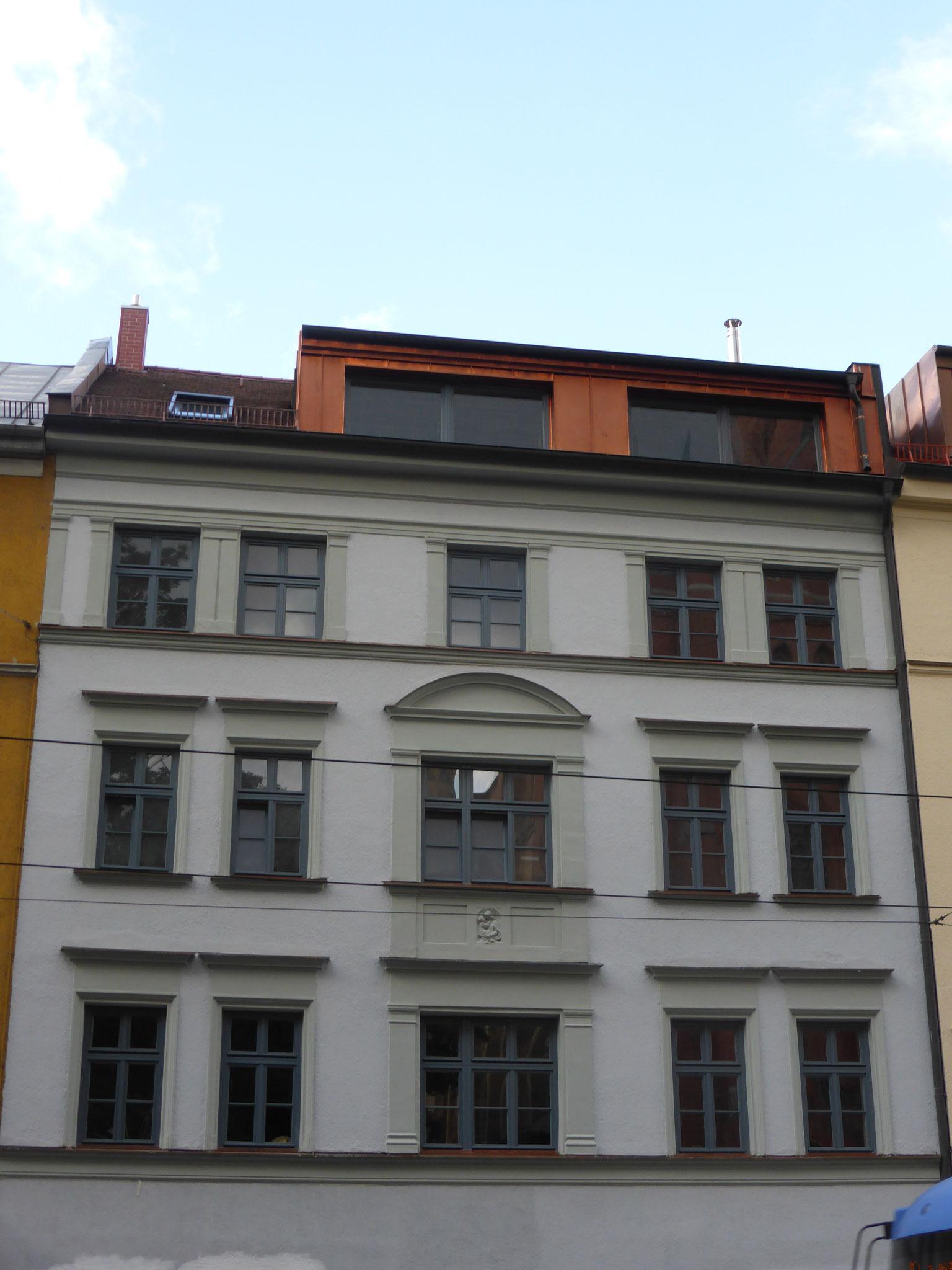 Altbausanierung mit Dachgauben und Gesimsblechen