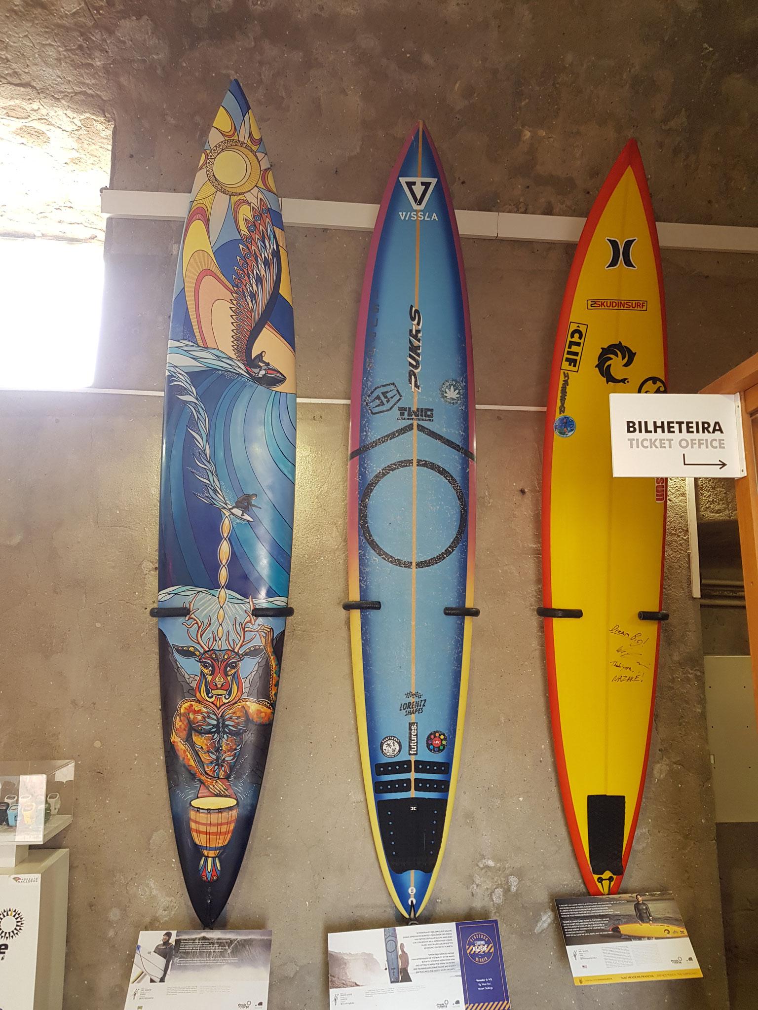 Surfer, die die Monsterwelle bezwungen haben