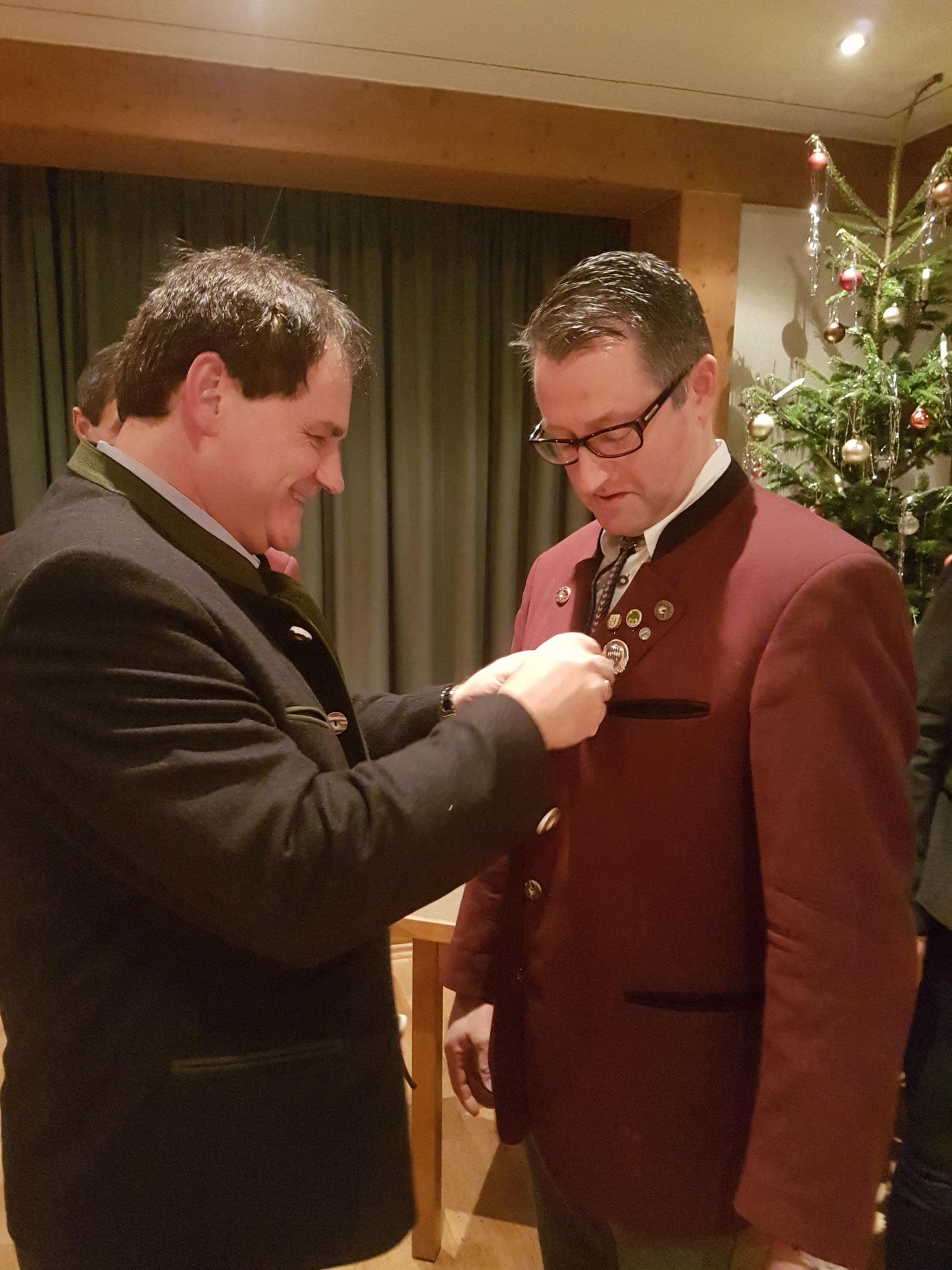 Dieter Grauer erhält die Ehrennadel für treue Mitarbeit