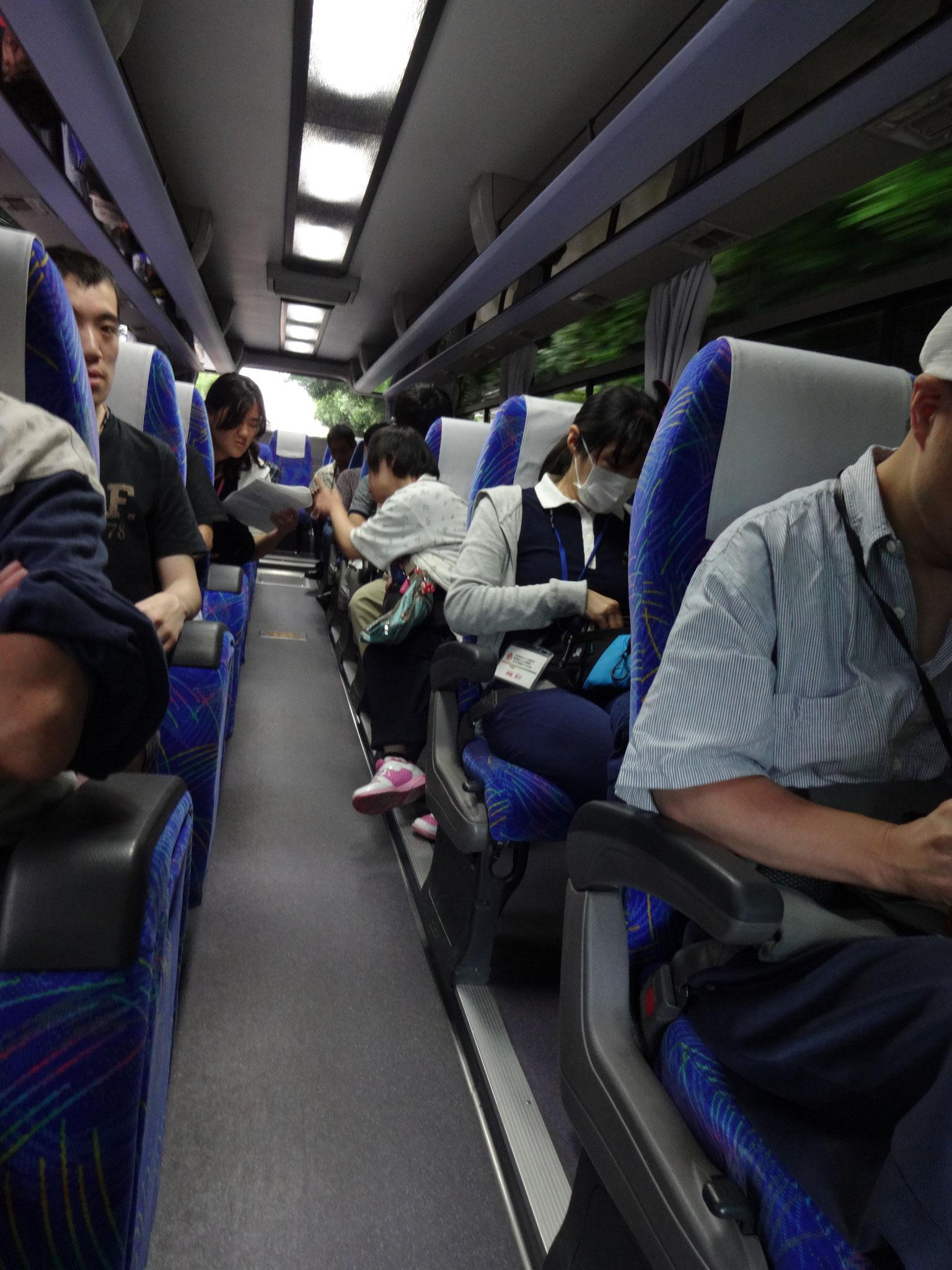 行きのバスの中。みんなわくわくしています。
