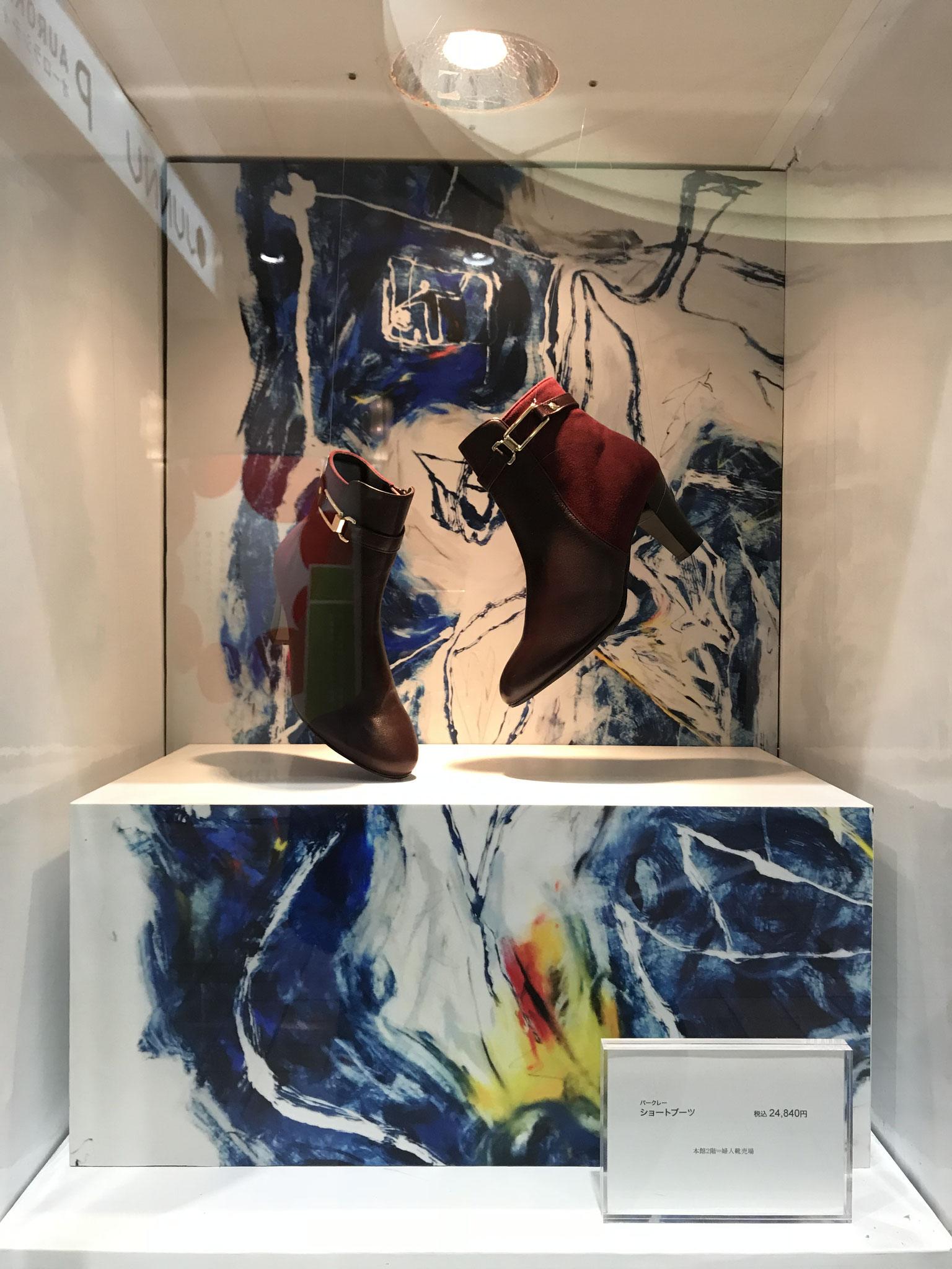 百貨店のミニショーウィンドウ。作品の一部が展示台に。