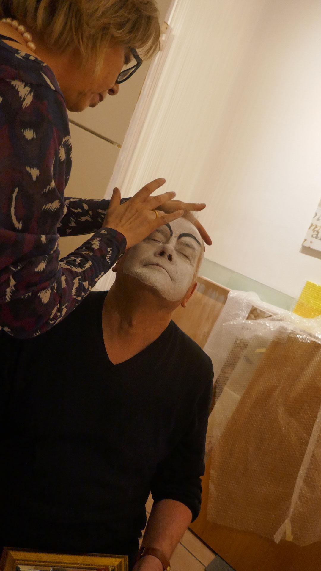 Lothar Thiel wird geschminkt