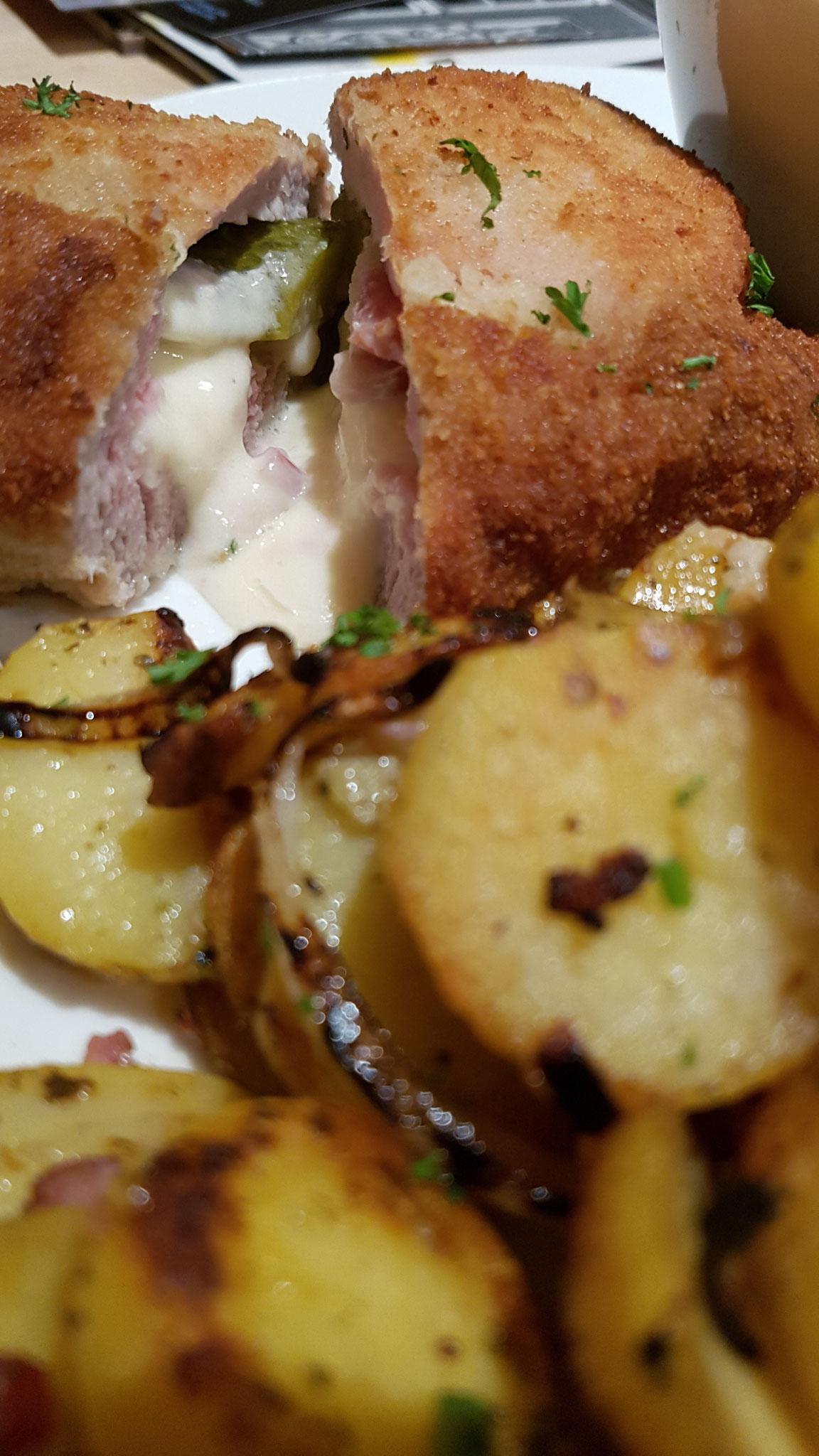Braumeisterschnitzel mit Gurkensalat und Bratkartoffeln.