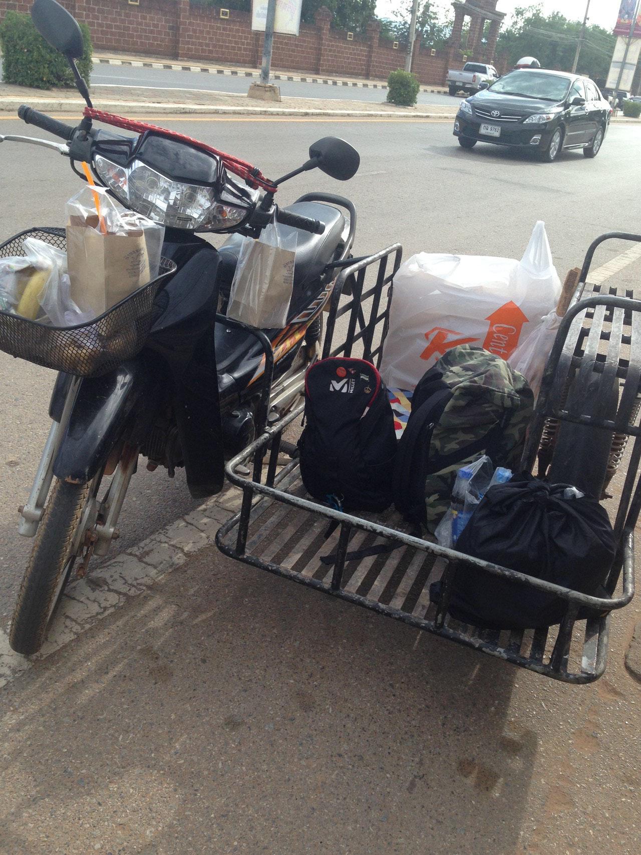サイドカー付きのバイクに乗り換え3人乗りで家まで1時間移動
