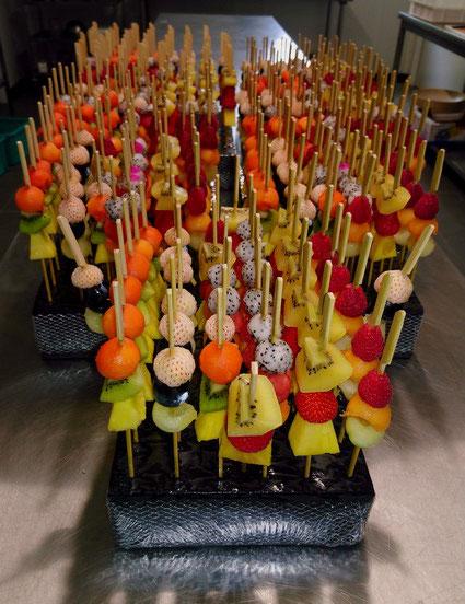 Brochettes de fruits sur coussins