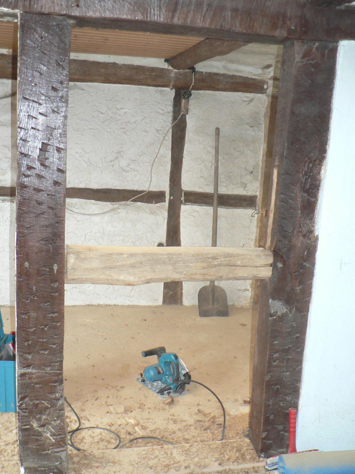 Und, geschafft. Der Querbalken ist an anderer Stelle wieder eingesetzt worden, damit das Bad 150cm länger wird.