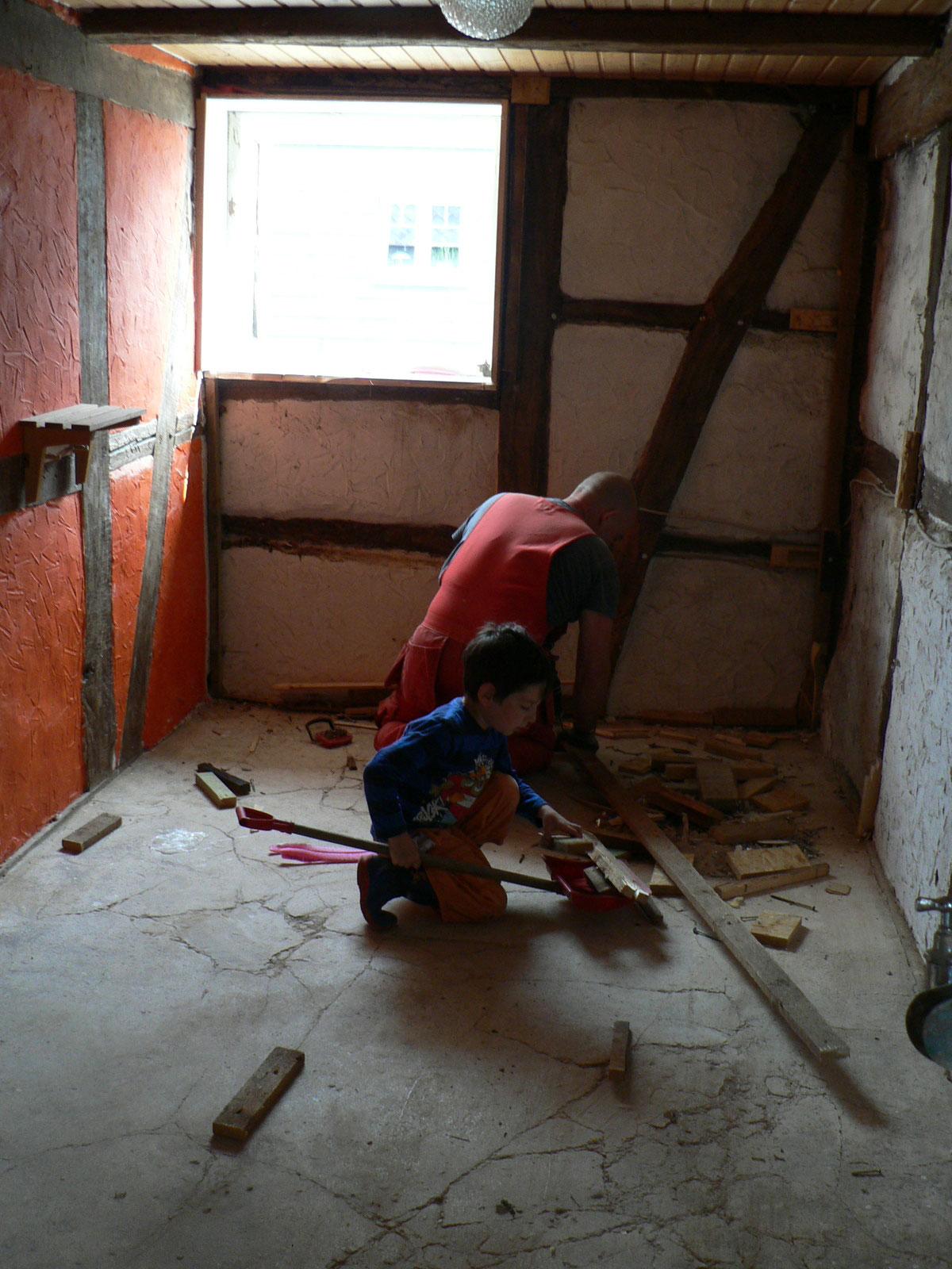 ...und die Holzvertäfleung, samt Unterkonstruktion, zu entfernen.