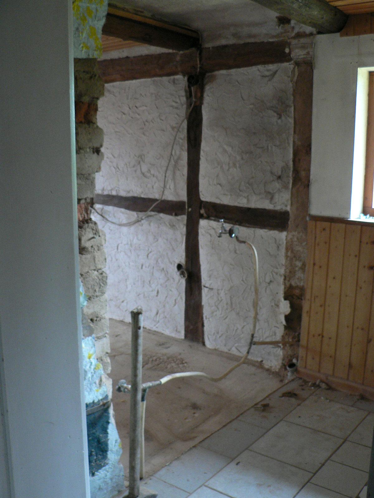Ach, ja! Das Bad soll entstehen. Dafür war die Wand...